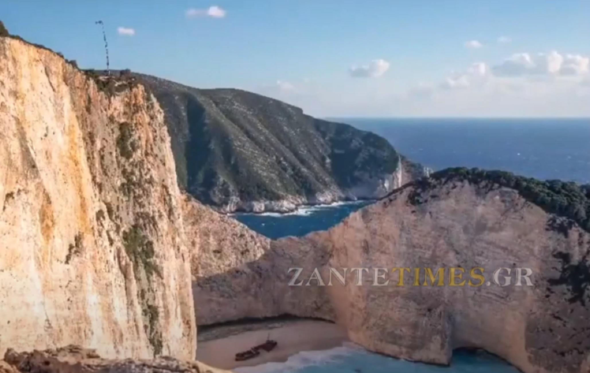 25η Μαρτίου – Ζάκυνθος: Η έπαρση της ελληνικής σημαίας πάνω από το πολυδιαφημισμένο Ναυάγιο (video)