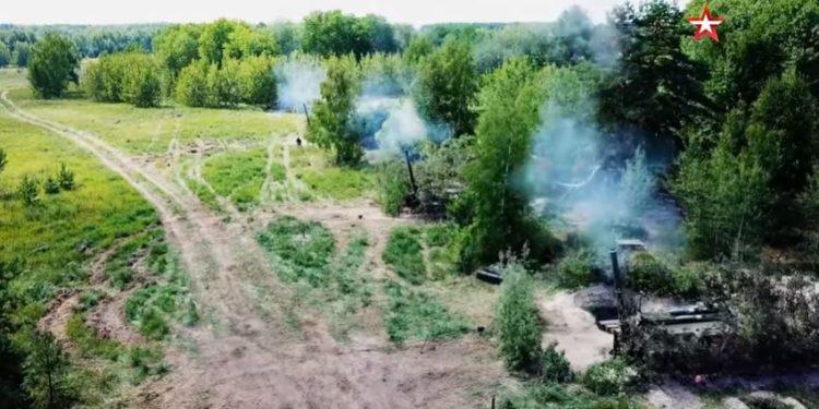 """Ακάθεκτοι οι Ρώσοι: Στέλνουν στα σύνορα με την Ουκρανία τα πυροβόλα """"καταστροφείς πόλεων"""" [vid]"""