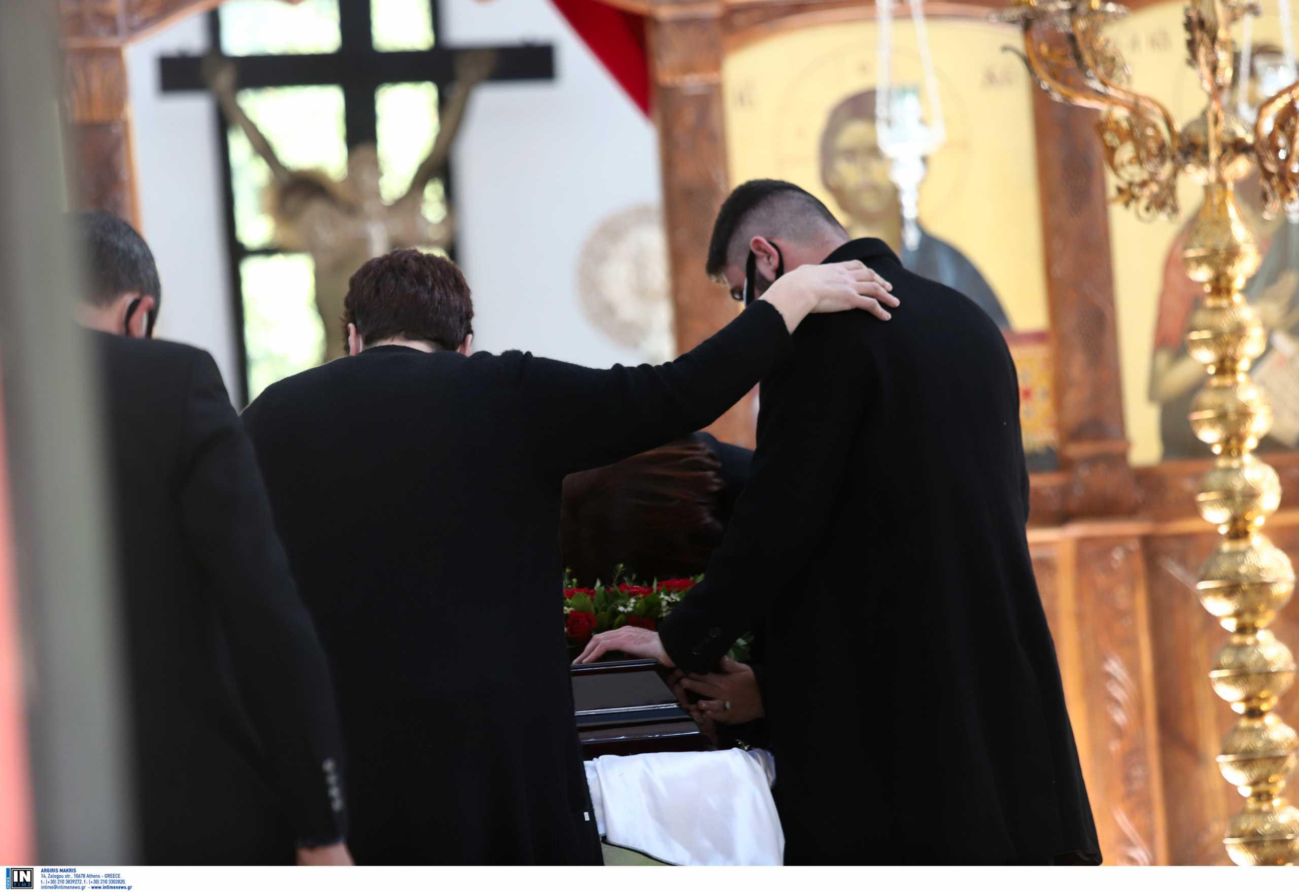 Γιώργος Καραϊβάζ: Η κηδεία και η εικόνα που έκανε τους πάντες να δακρύσουν (pics, video)