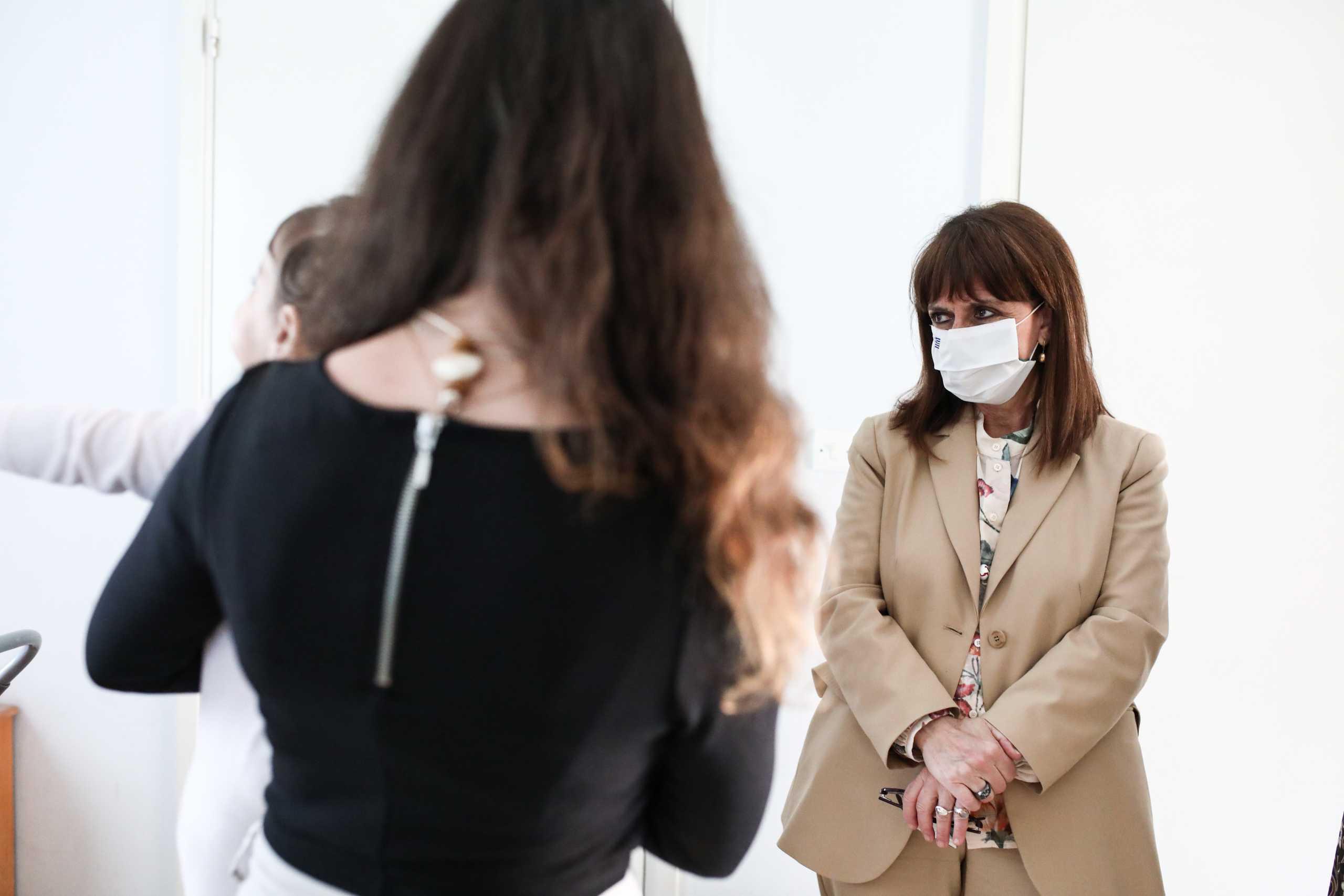 Σακελλαροπούλου: Στον «Ξενώνα Γυναικών Θυμάτων Βίας» – Οι ανθρώπινες στιγμές και το μήνυμα (pics)