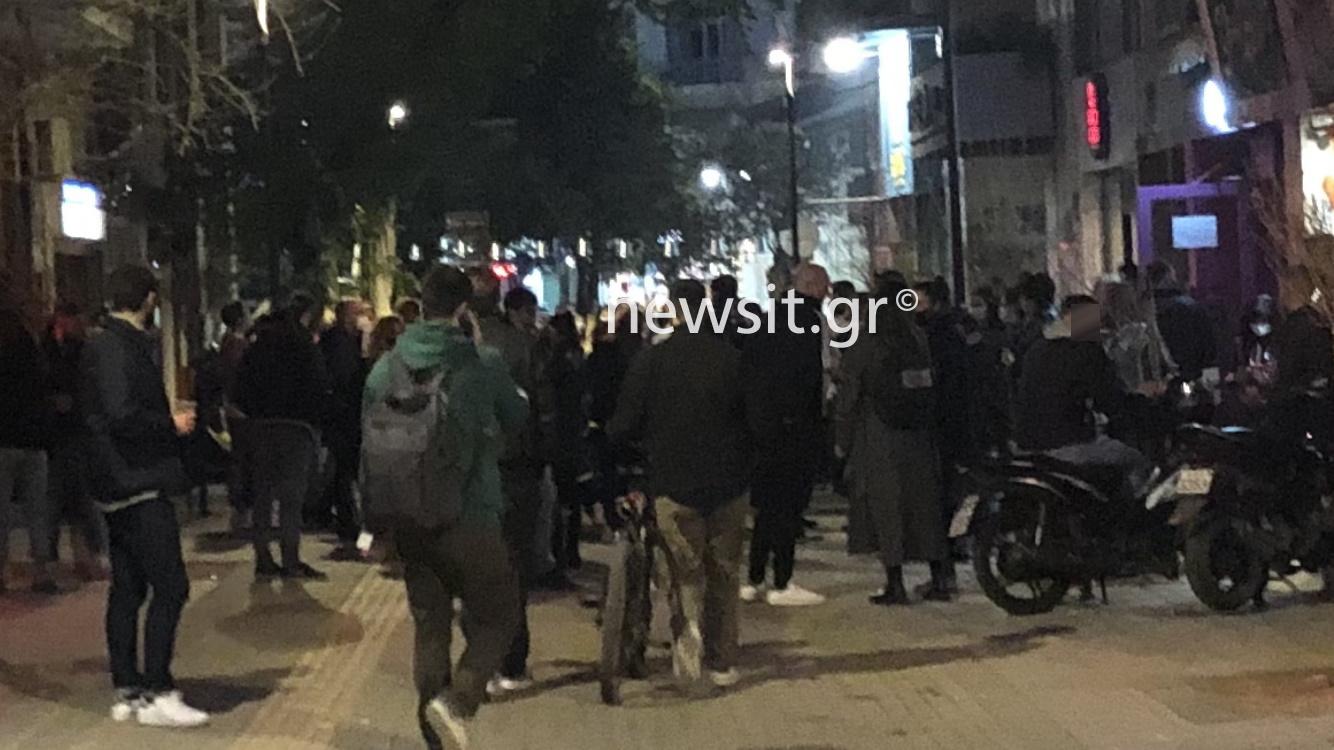 Μάσκα στο σαγόνι και ποτάκι στο πεζοδρόμιο της Θεσσαλονίκης σα να μην υπάρχει πανδημία