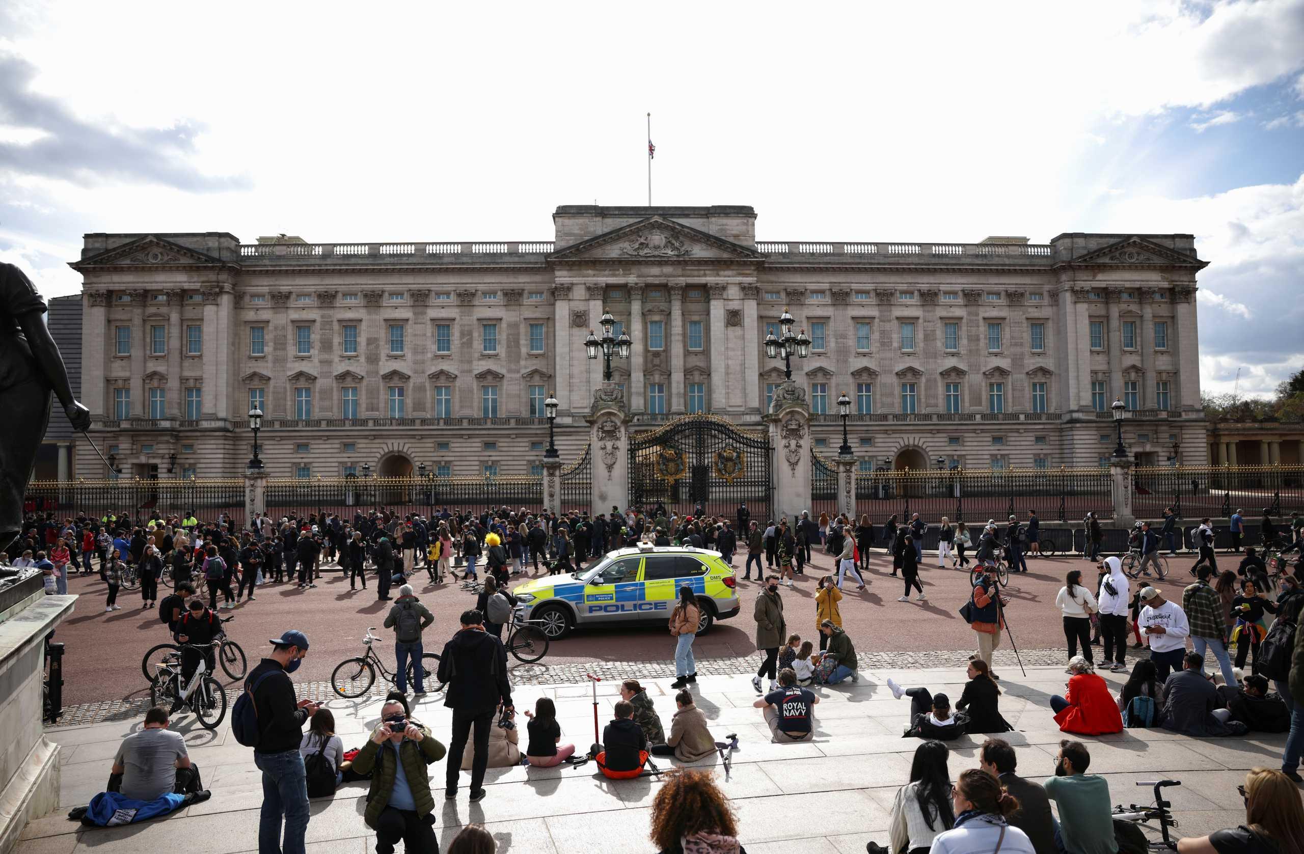 Πρίγκιπας Φίλιππος: Να μην συναθροίζονται έξω από τις βασιλικές κατοικίες καλεί τους πολίτες η κυβέρνηση (pics)