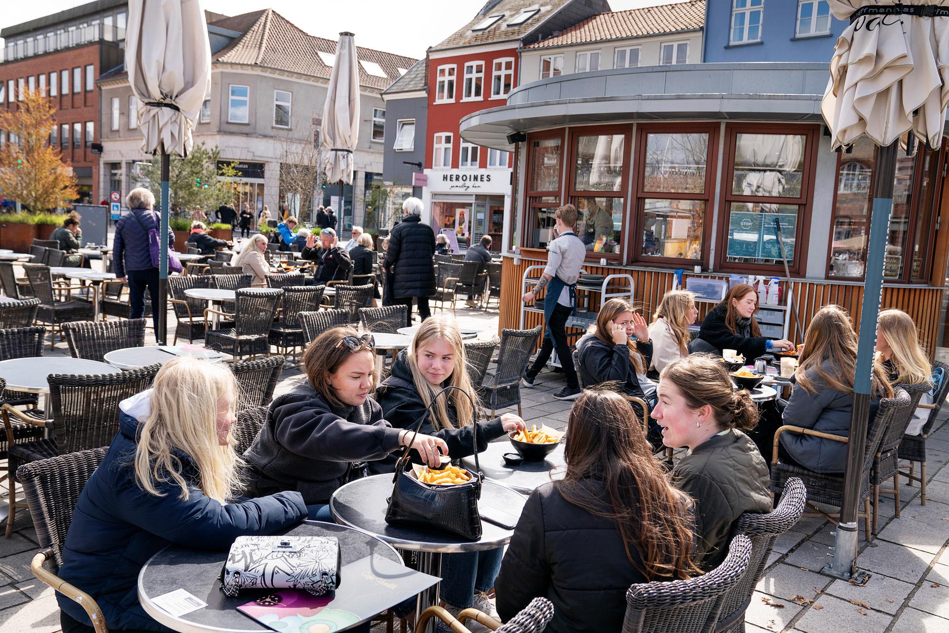 Δανία: Ανοίγουν και πάλι καφέ και εστιατόρια