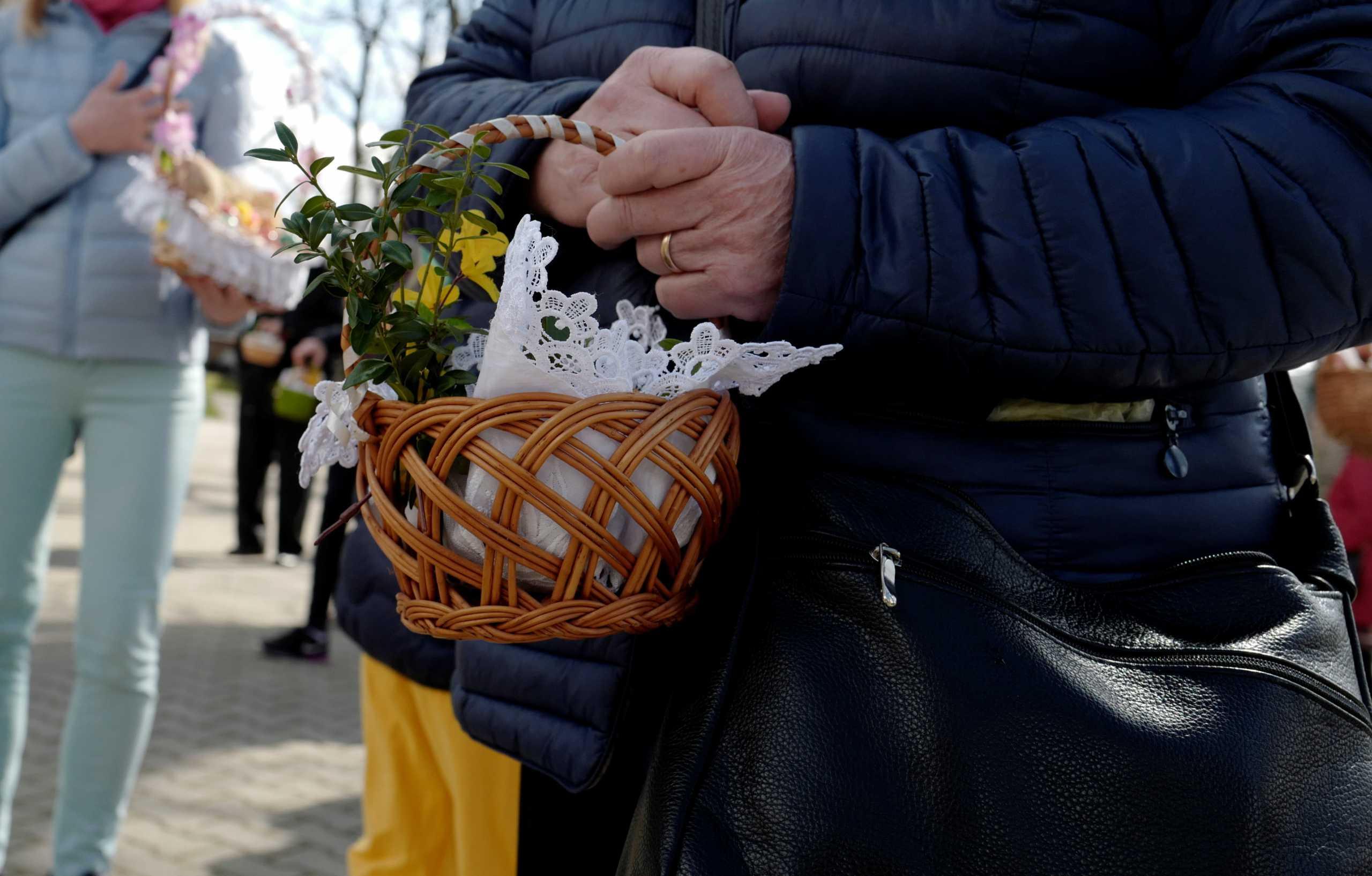 Για δεύτερη φορά εκατομμύρια άνθρωποι γιορτάζουν το Πάσχα σε lockdown