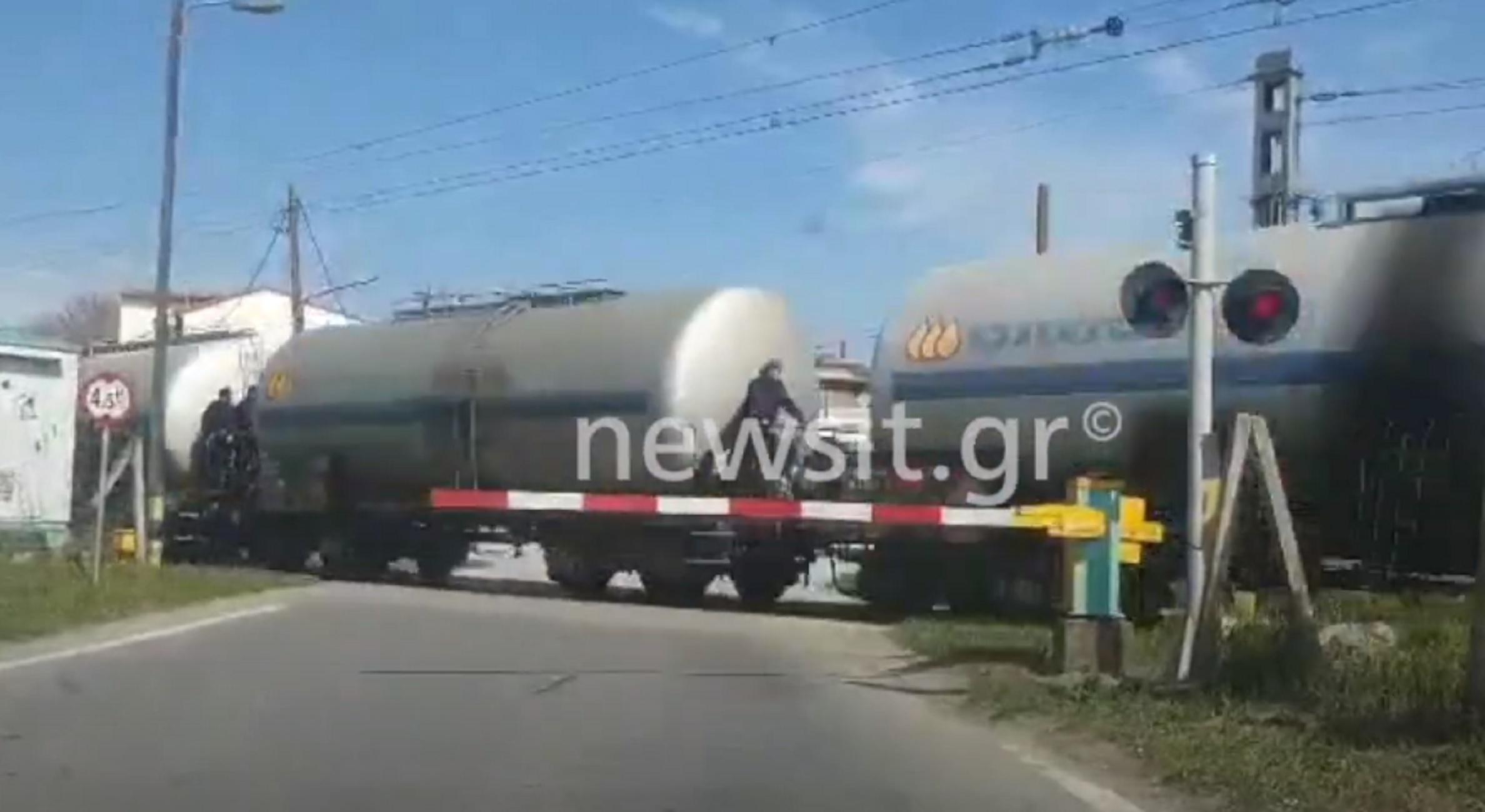 Ειδομένη: Σκαρφαλώνουν σε τρένα και παίζουν τη ζωή τους κορώνα γράμματα – Βίντεο ντοκουμέντο που καθηλώνει