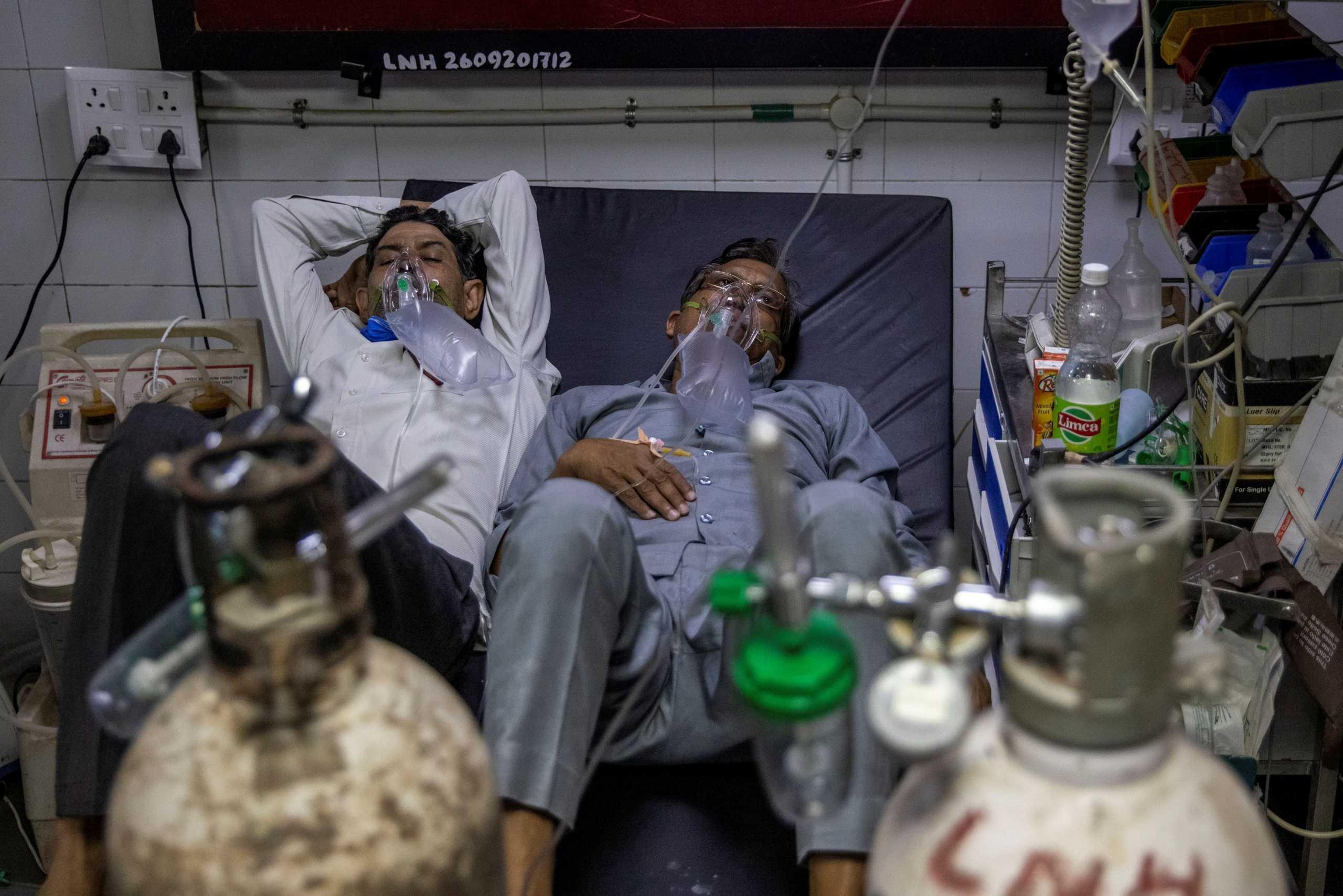 Κορονοϊός – Ινδία: Δυο – δυο οι ασθενείς στα κρεβάτια του νοσοκομείου και νεκροί στους διαδρόμους