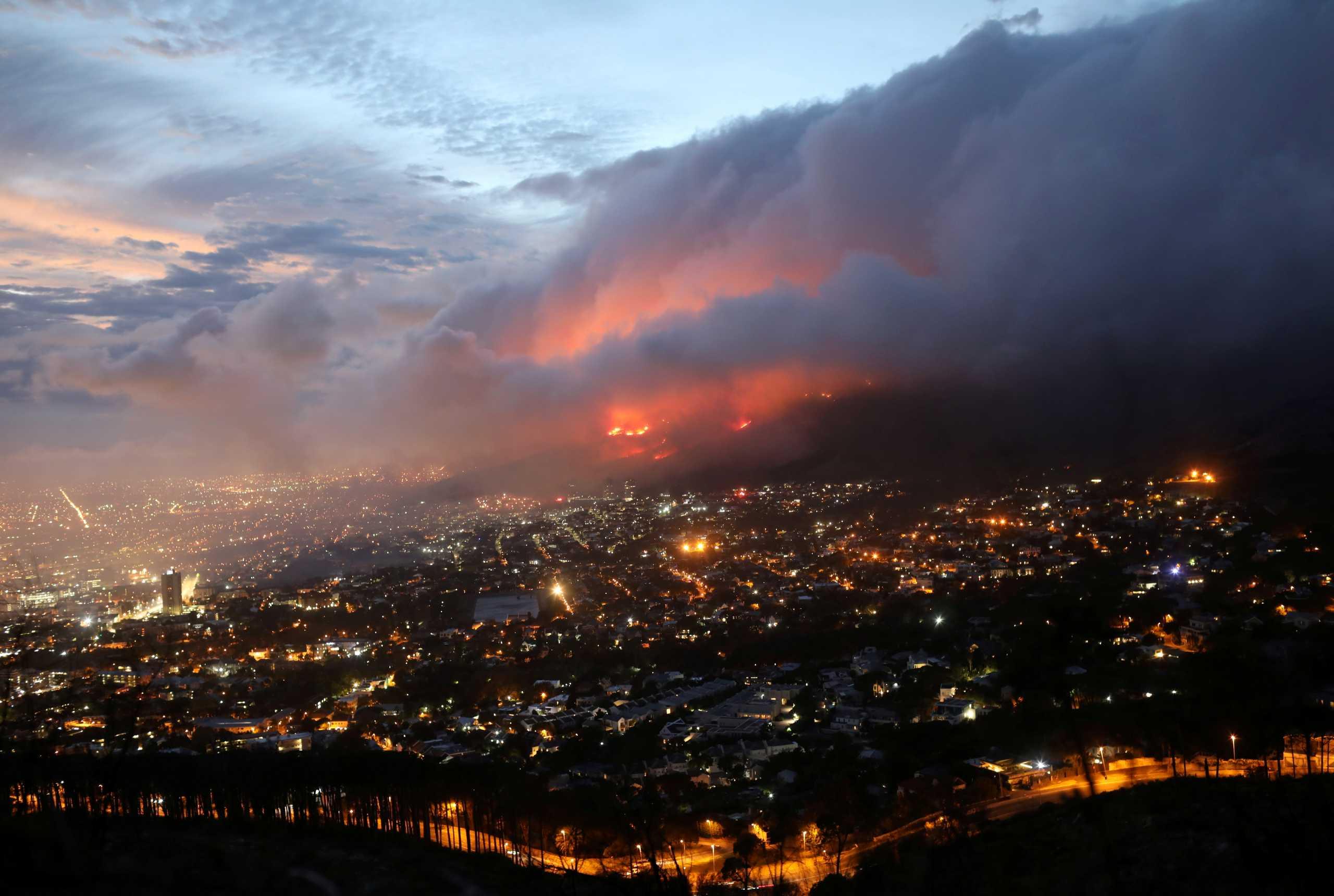 Τρομακτική φωτιά στη Ν. Αφρική – Εκκενώθηκε συνοικία στο Κέιπ Τάουν