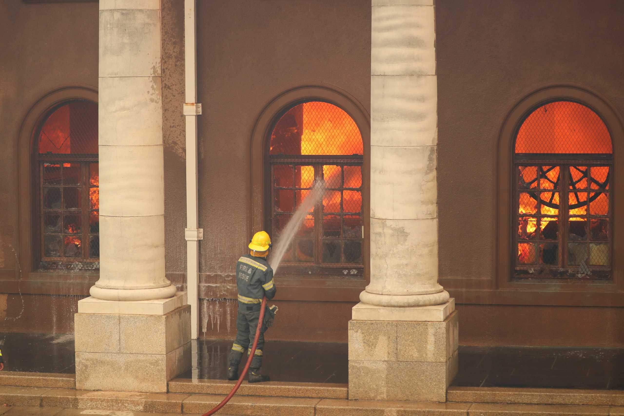 Νότια Αφρική: Μεγάλη φωτιά στο Κέιπ Τάουν – Στις φλόγες και το πανεπιστήμιο (pics, vid)