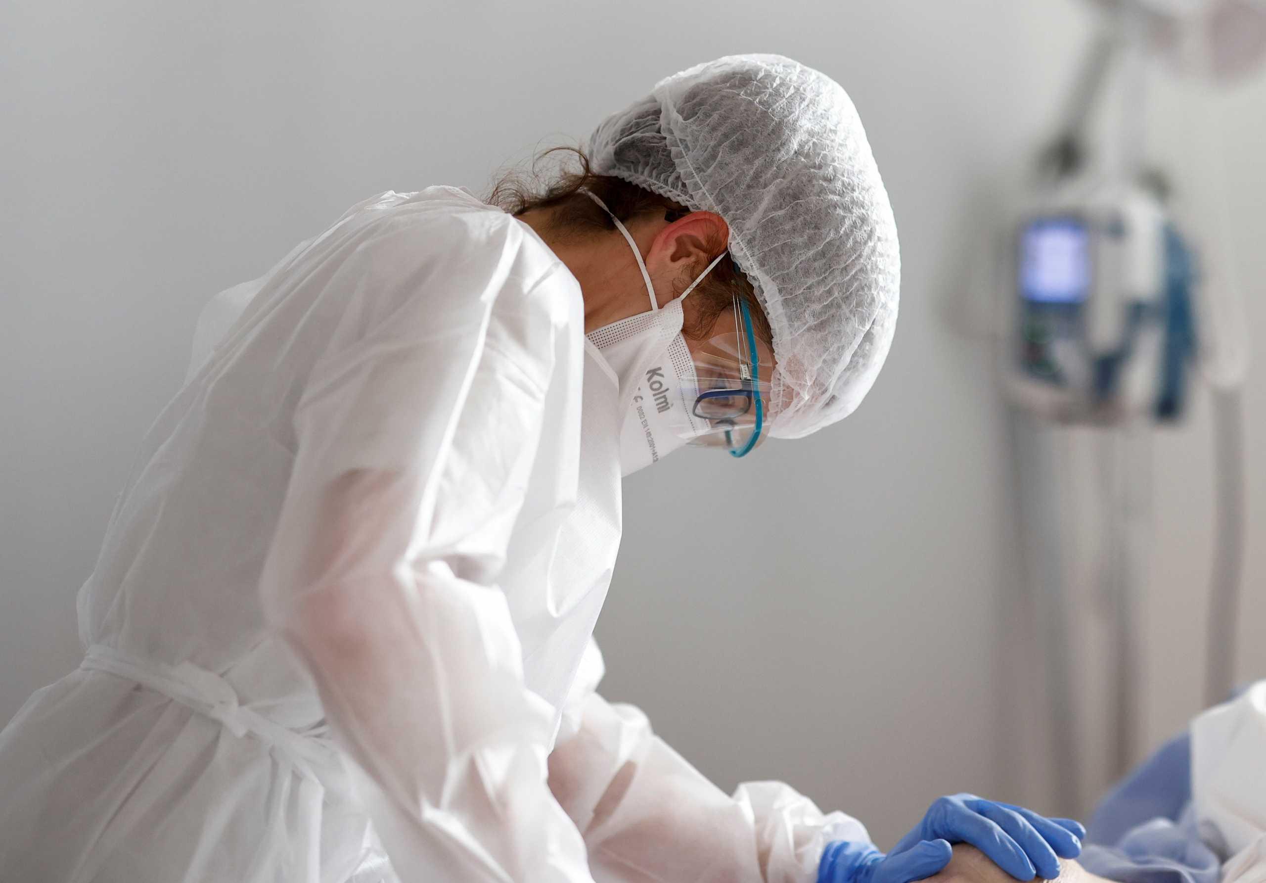 Σχεδόν 6.000 ασθενείς με κορονοϊό στις ΜΕΘ της Γαλλίας