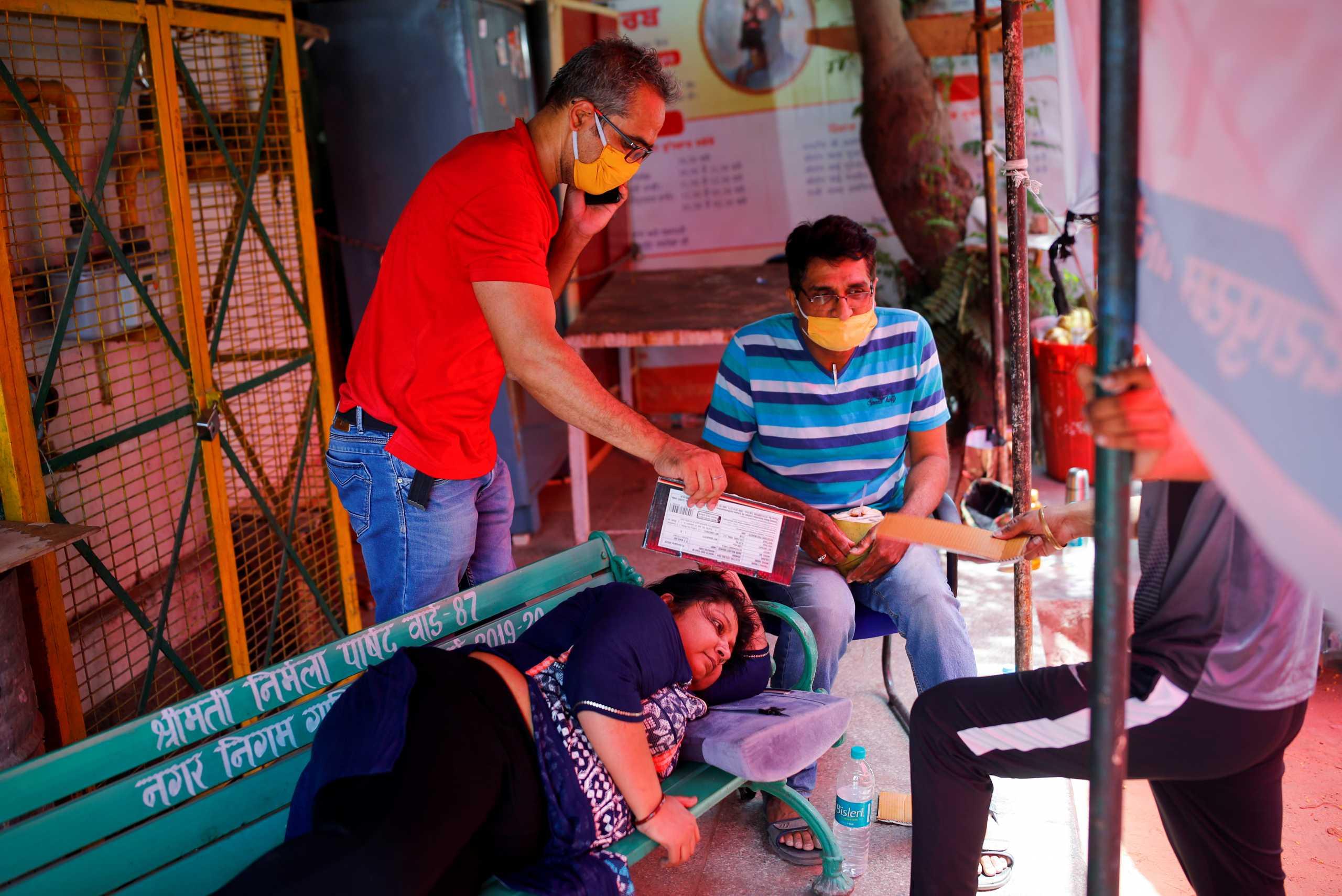 Οργή στην Ινδία: Κρατούν κρεβάτια Covid για δικαστές την ώρα που πεθαίνει κόσμος χωρίς οξυγόνο