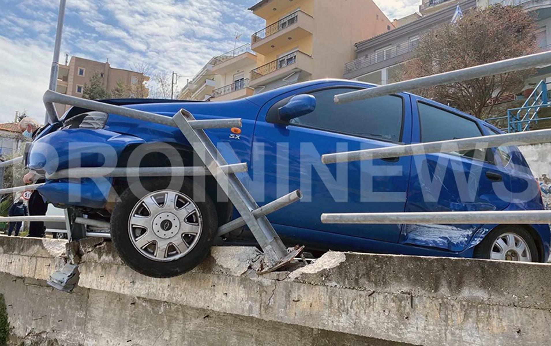 Καβάλα: Αυτοκίνητο κρέμεται στην άκρη γέφυρας – Φωτογραφίες που σοκάρουν