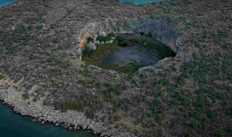 Άγνωστη Ελλάδα: Η βυθισμένη αρχαία γέφυρα και ο κρατήρας με το δάσος από νούφαρα