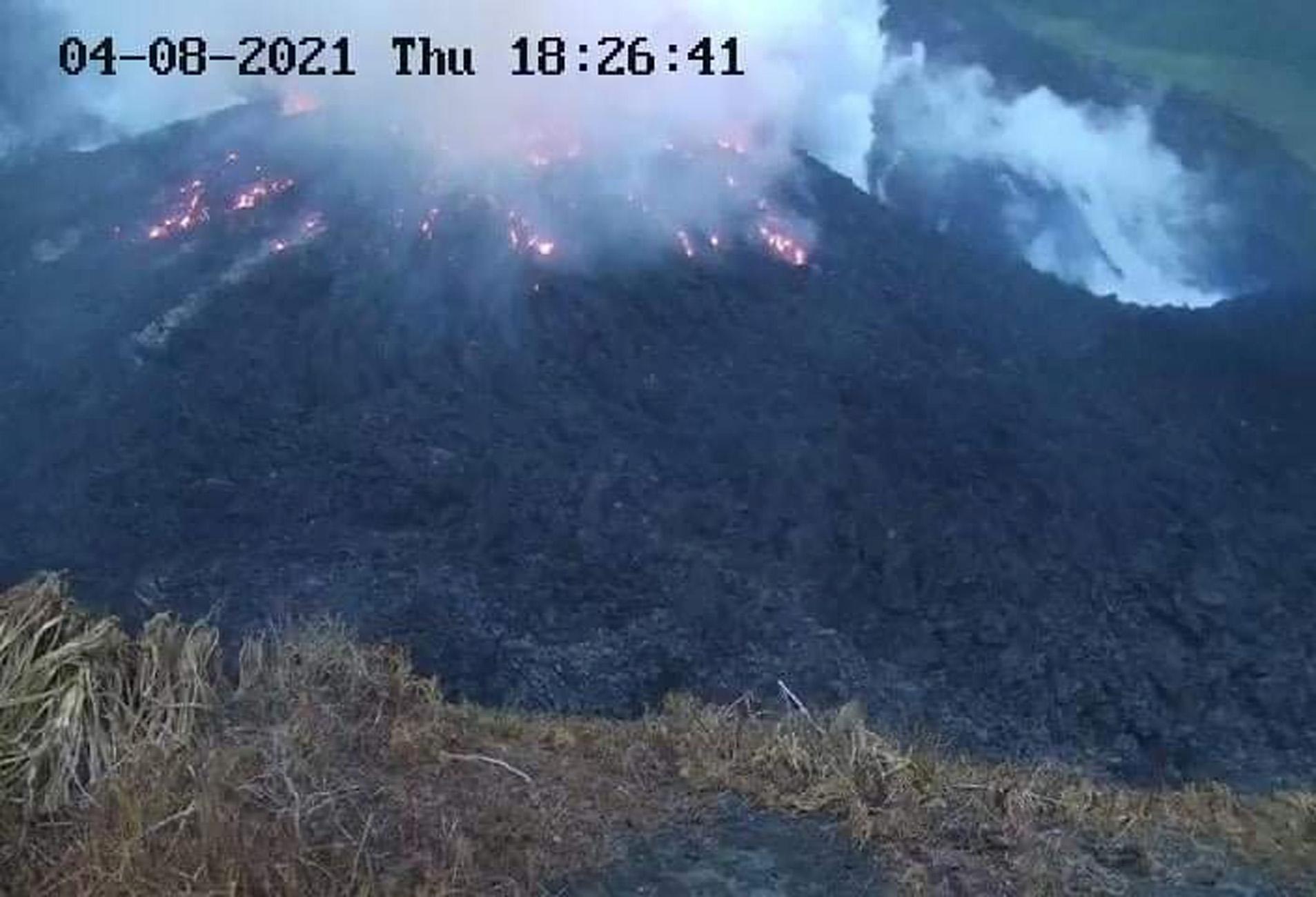 Άγιος Βικέντιος: Εξερράγη το ηφαίστειο, οι κάτοικοι εκκενώνουν την περιοχή