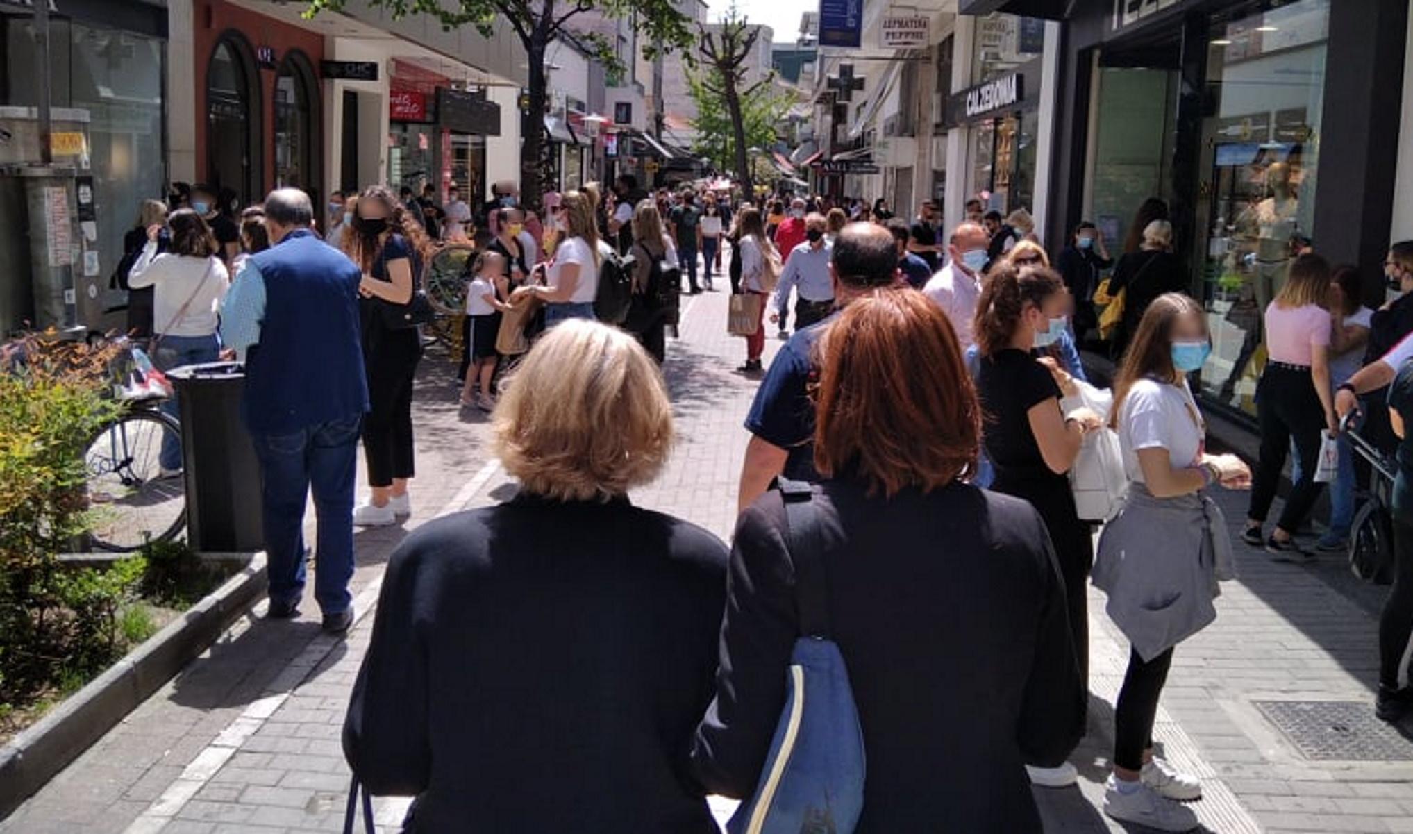 «Βούλιαξε» το κέντρο της Λάρισας – Ψώνια, βόλτα και καφές (pics)