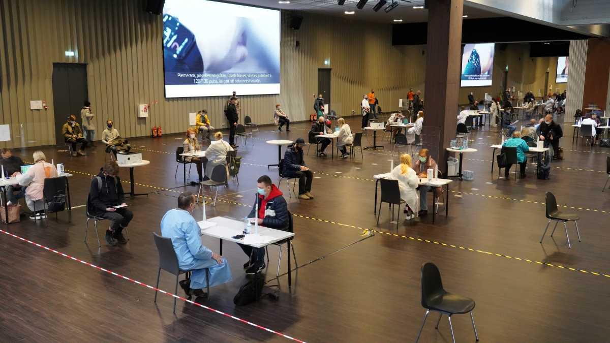 Στη Λετονία οι 30αρηδες τρέχουν να κάνουν το εμβόλιο της AstraZeneca (pics)