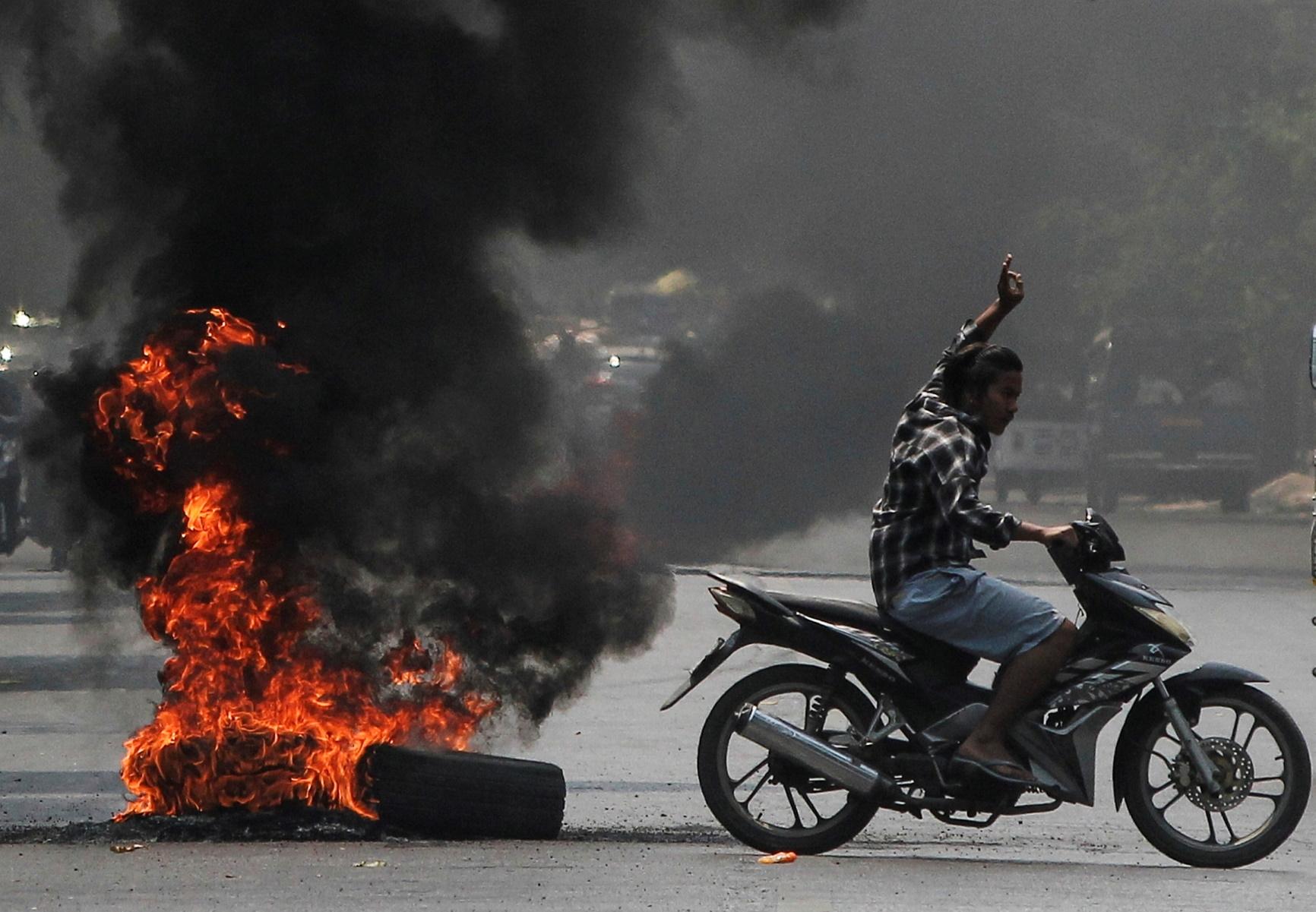 Μιανμάρ: «Η χούντα χάνει τον έλεγχο» – Νέες ογκώδεις διαδηλώσεις παρά τη βία και τρομοκρατία (pics)