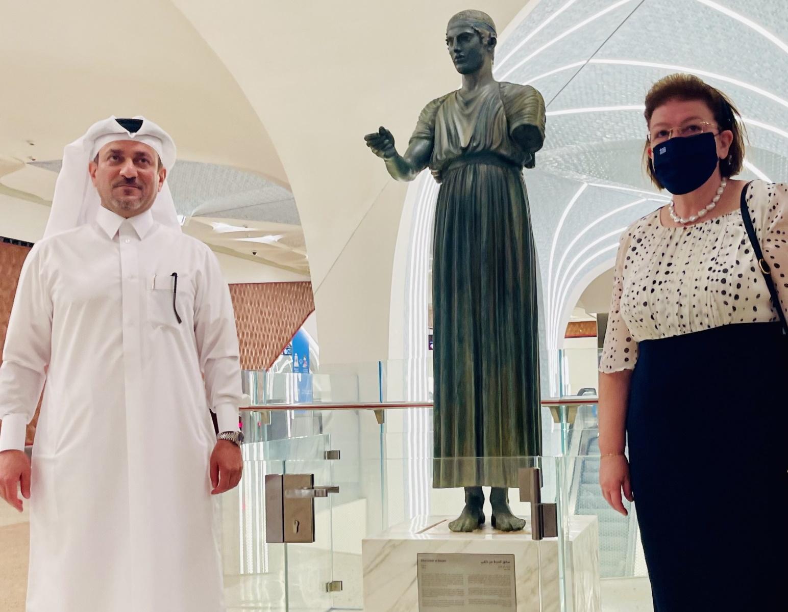 Μενδώνη – Κατάρ: Ο Ηνίοχος των Δελφών κοσμεί τον υπερσύγχρονο κεντρικό σταθμό του Μετρό (pics)