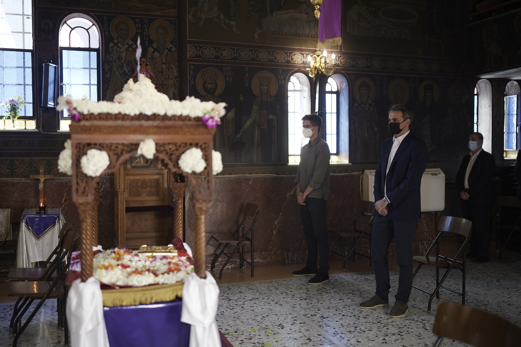 Ο Μητσοτάκης με τον γιο του Κωνσταντίνο στον Επιτάφιο του Ιπποκράτειου νοσοκομείου (pics)