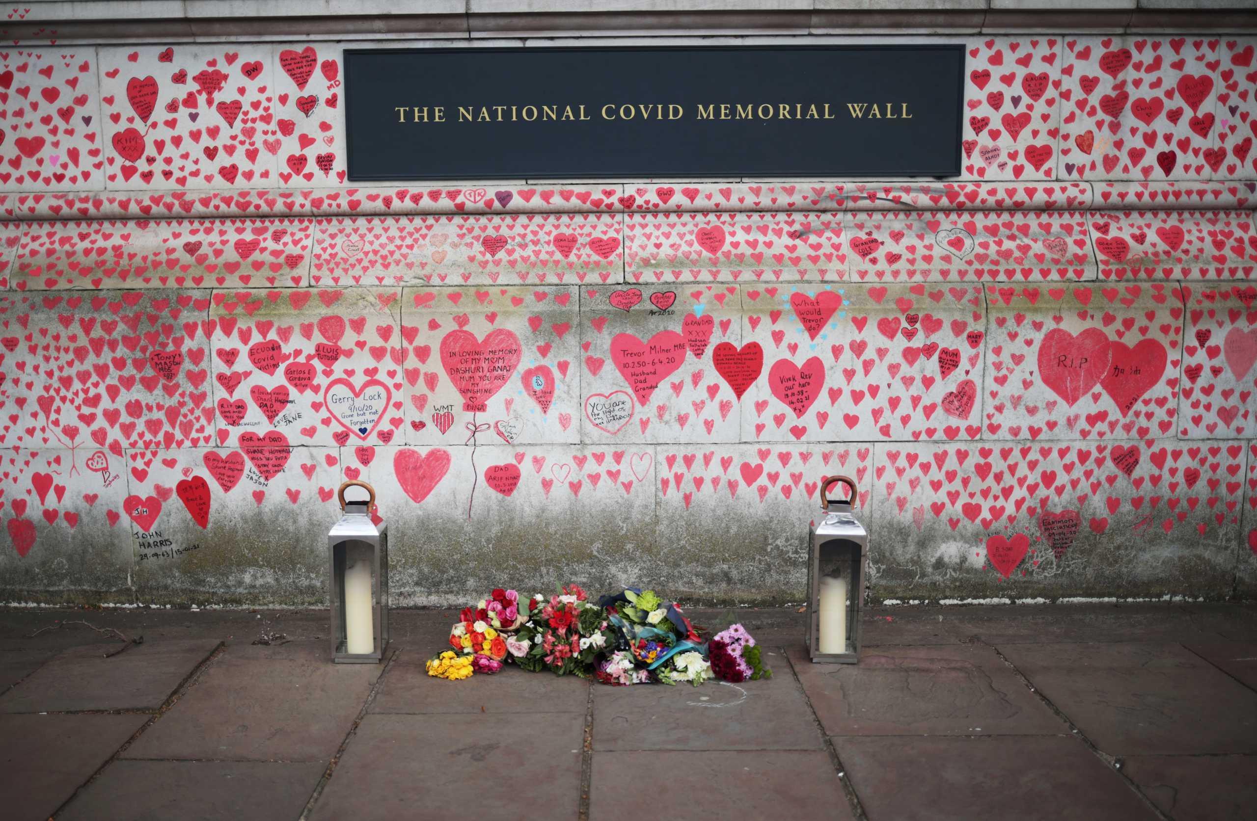 National Covid Memorial Wall: Το συγκινητικό μνημείο στο Λονδίνο για τα θύματα του κορονοϊού (pics)