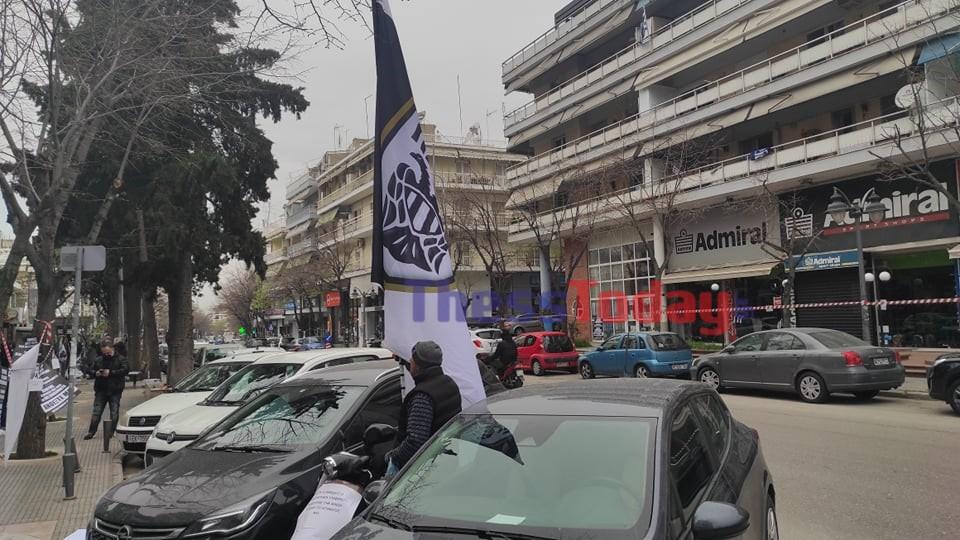 Θεσσαλονίκη: Η διαμαρτυρία οπαδού του ΠΑΟΚ που κεντρίζει τα βλέμματα στην Τούμπα