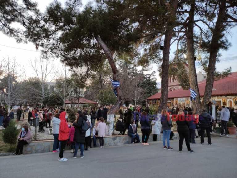 Απίθανος συνωστισμός σε εκκλησία της Θεσσαλονίκης – Εικόνες που προβληματίζουν