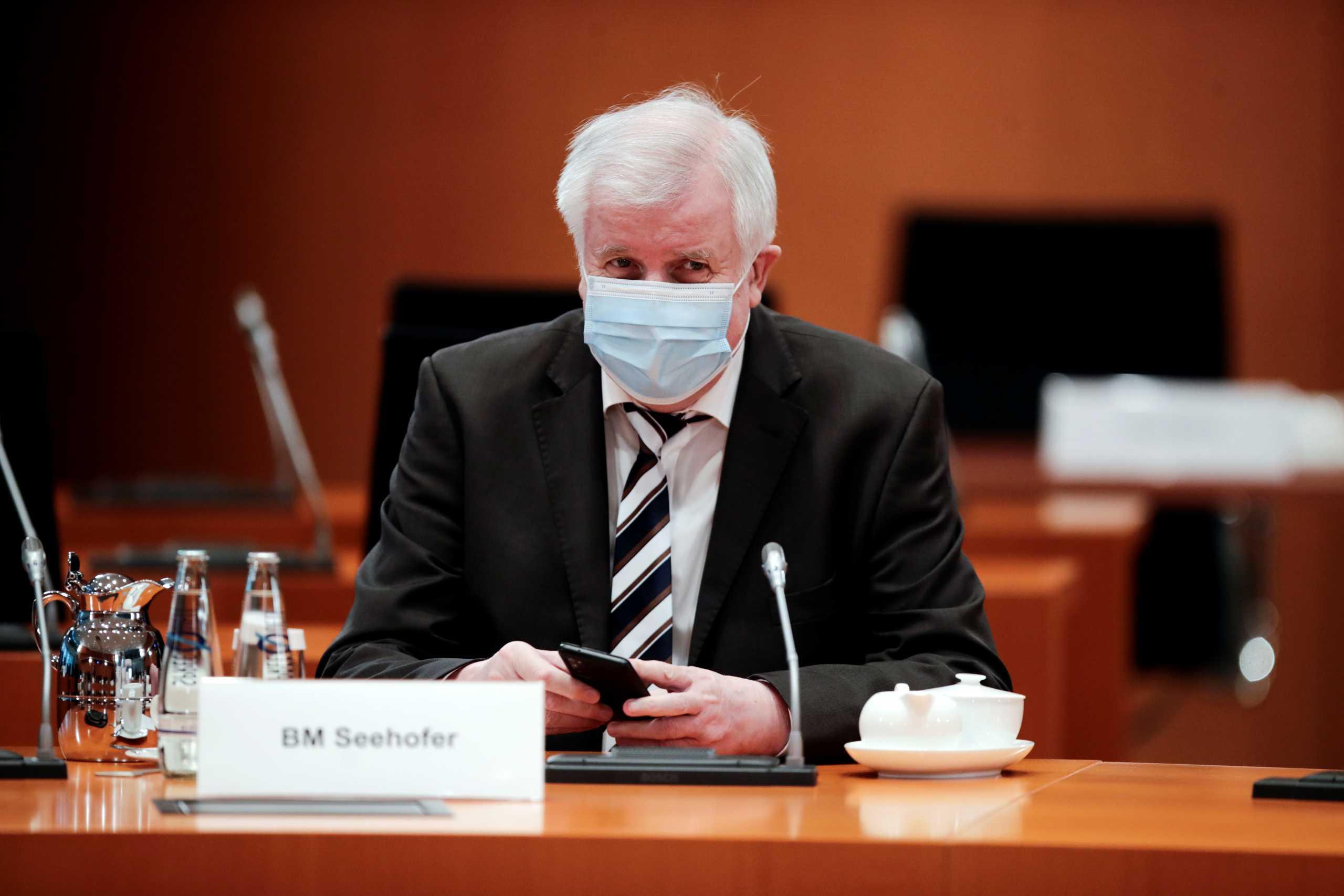 Γερμανία: Ο υπουργός Εσωτερικών αρνείται να κάνει το εμβόλιο της AstraZeneca