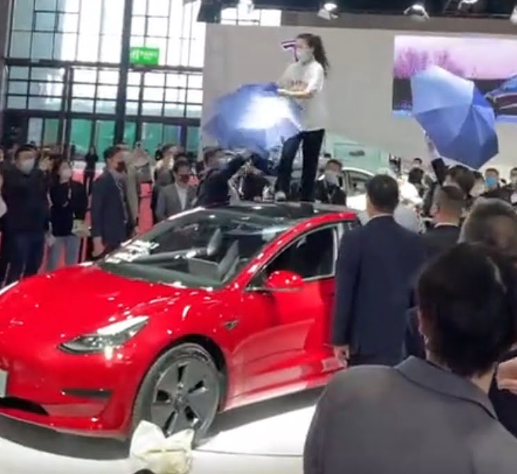 Εξαγριωμένη ιδιοκτήτρια Tesla προκάλεσε χάος στην έκθεση αυτοκινήτου της Σαγκάης (video)