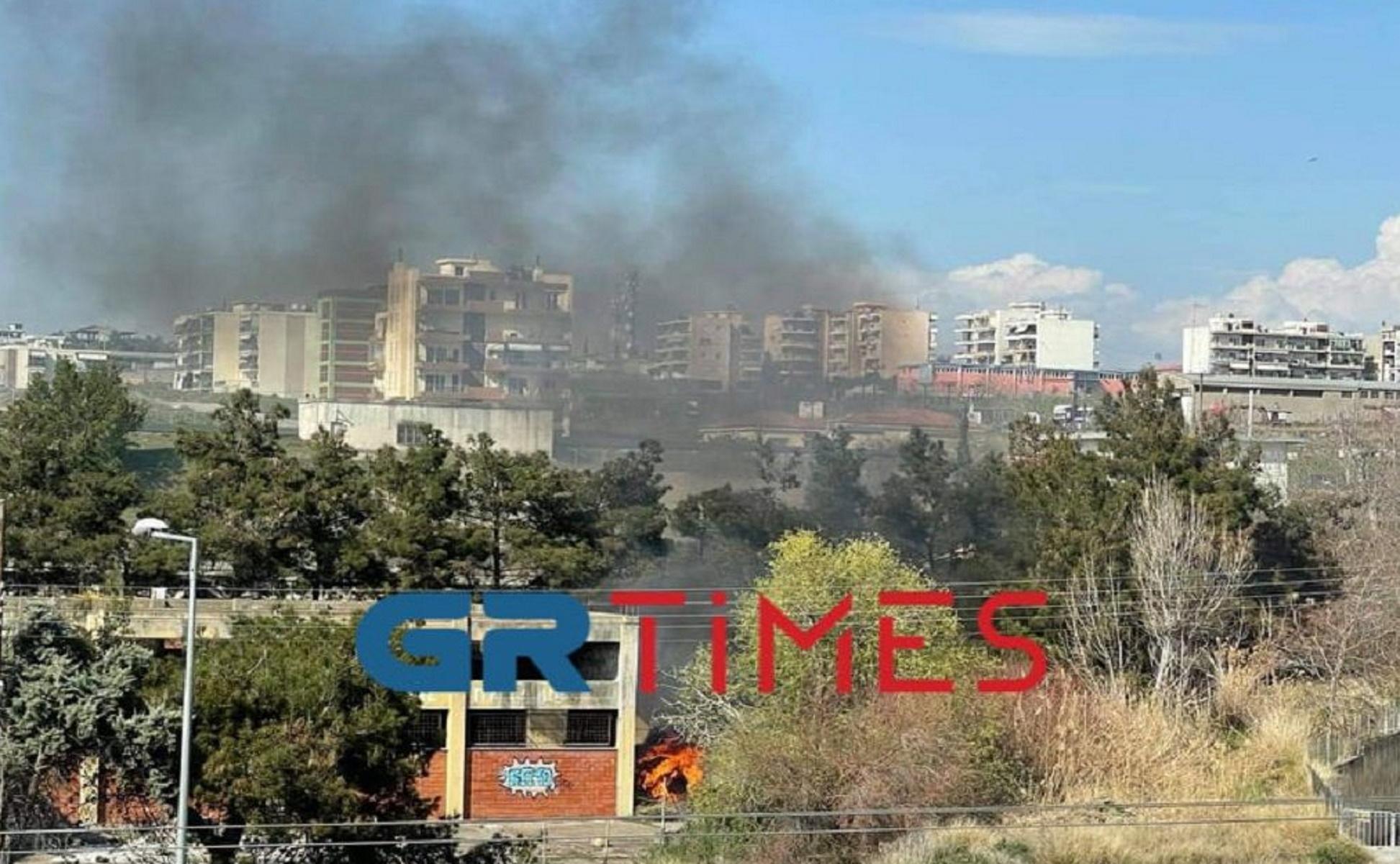 Φωτιά στον περιφερειακό Θεσσαλονίκης: Μαύρος καπνός σκέπασε τον ουρανό (pics, vid)