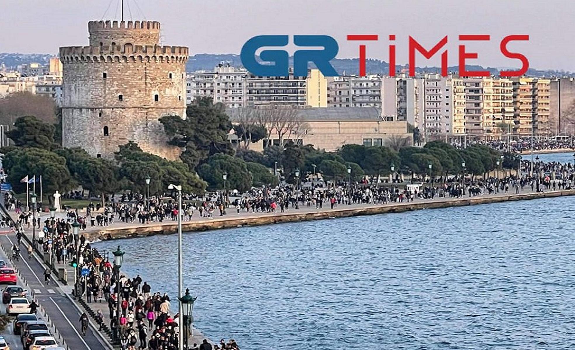 Θεσσαλονίκη: Η «λαοθάλασσα» έφερε τόνους σκουπιδιών στην παραλία