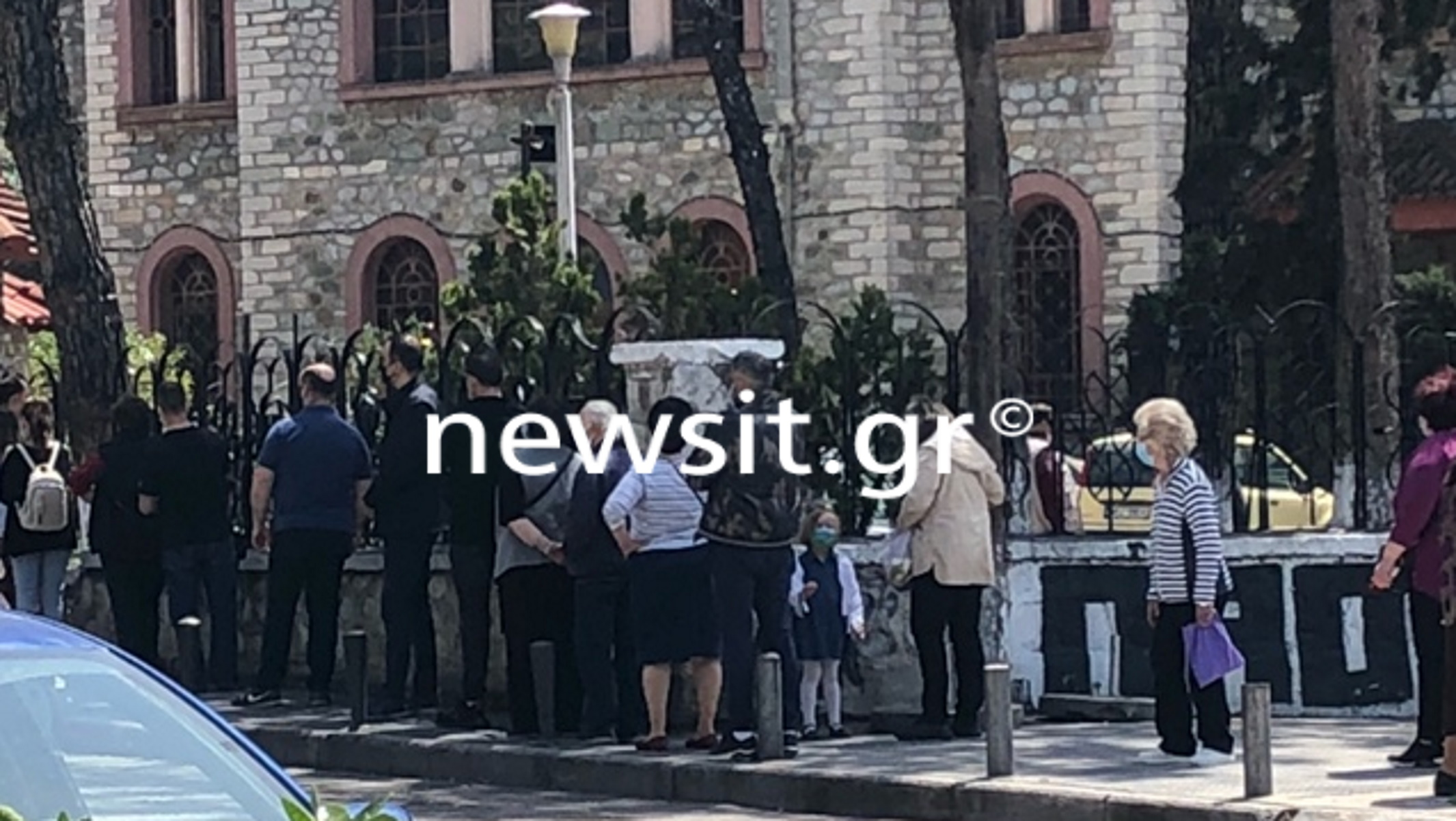 Μεγάλη Παρασκευή – Θεσσαλονίκη: «Ουρές» πιστών στις εκκλησίες για τους επιταφίους (pics)