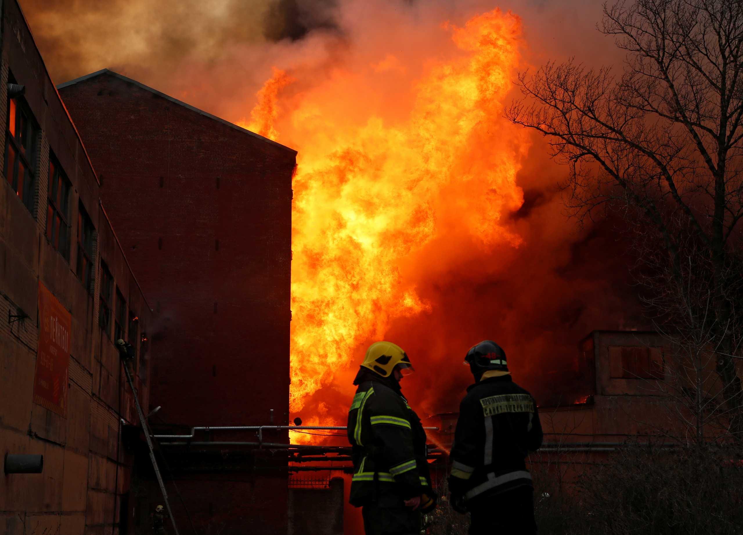 Ρωσία: Σε σοβαρή κατάσταση δύο πυροσβέστες από τη φωτιά στο εργοστάσιο της Αγίας Πετρούπολης