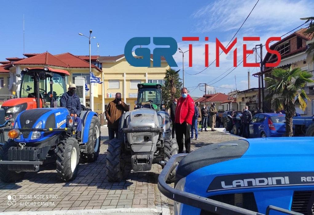 Πέλλα: Αγρότες σε απόγνωση – Διαμαρτυρία με τα τρακτέρ στους δρόμους (video)