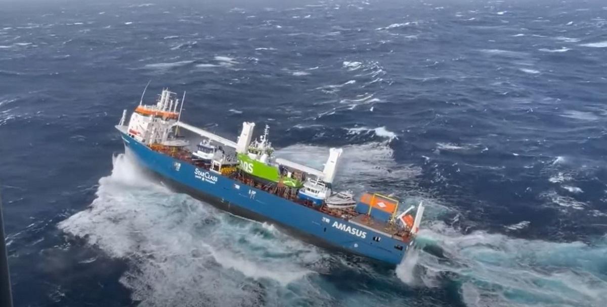 Συναγερμός στη Νορβηγία για ακυβέρνητο φορτηγό πλοίο: Καρέ-καρέ η επιχείρηση διάσωσης του πληρώματος(vid)