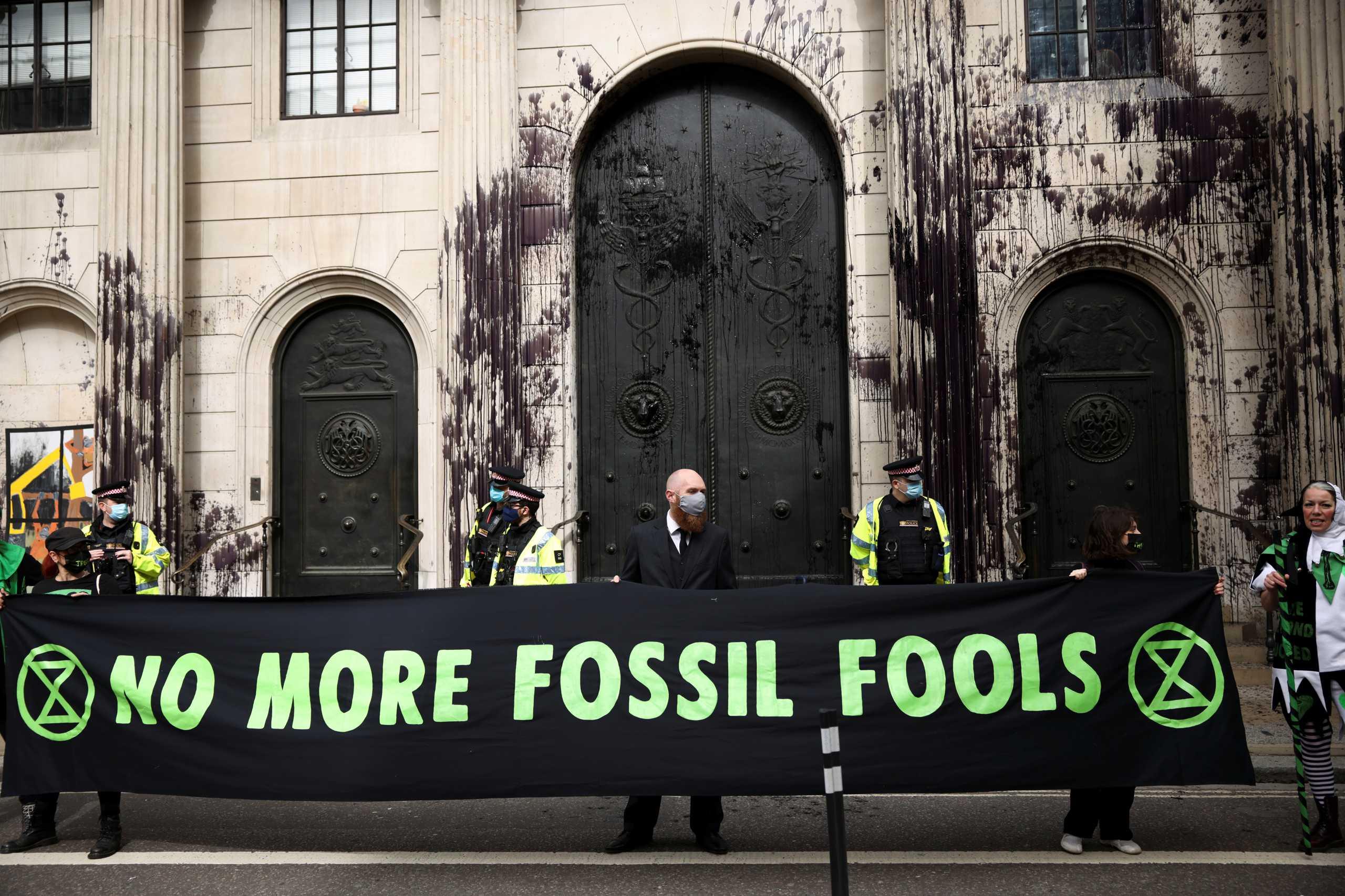 Ακτιβιστές για το κλίμα πέταξαν μαύρη μπογιά στο κτίριο της Τράπεζας της Αγγλίας (pics)