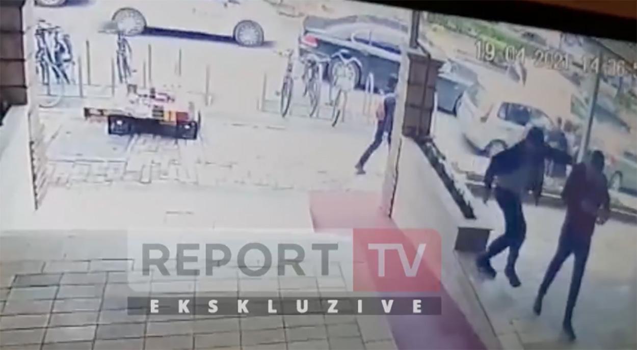 Μαχαιροβγάλτης σημάδευε στους γλουτούς – Επίθεση σε τζαμί στην Αλβανία [video]