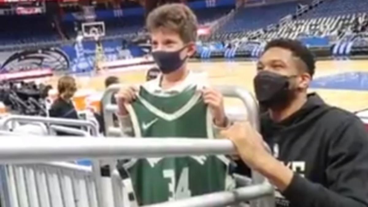 Ο τραυματίας Γιάννης Αντετοκούνμπο έκανε χαρούμενο έναν μικρό φίλαθλο των Μπακς (video)