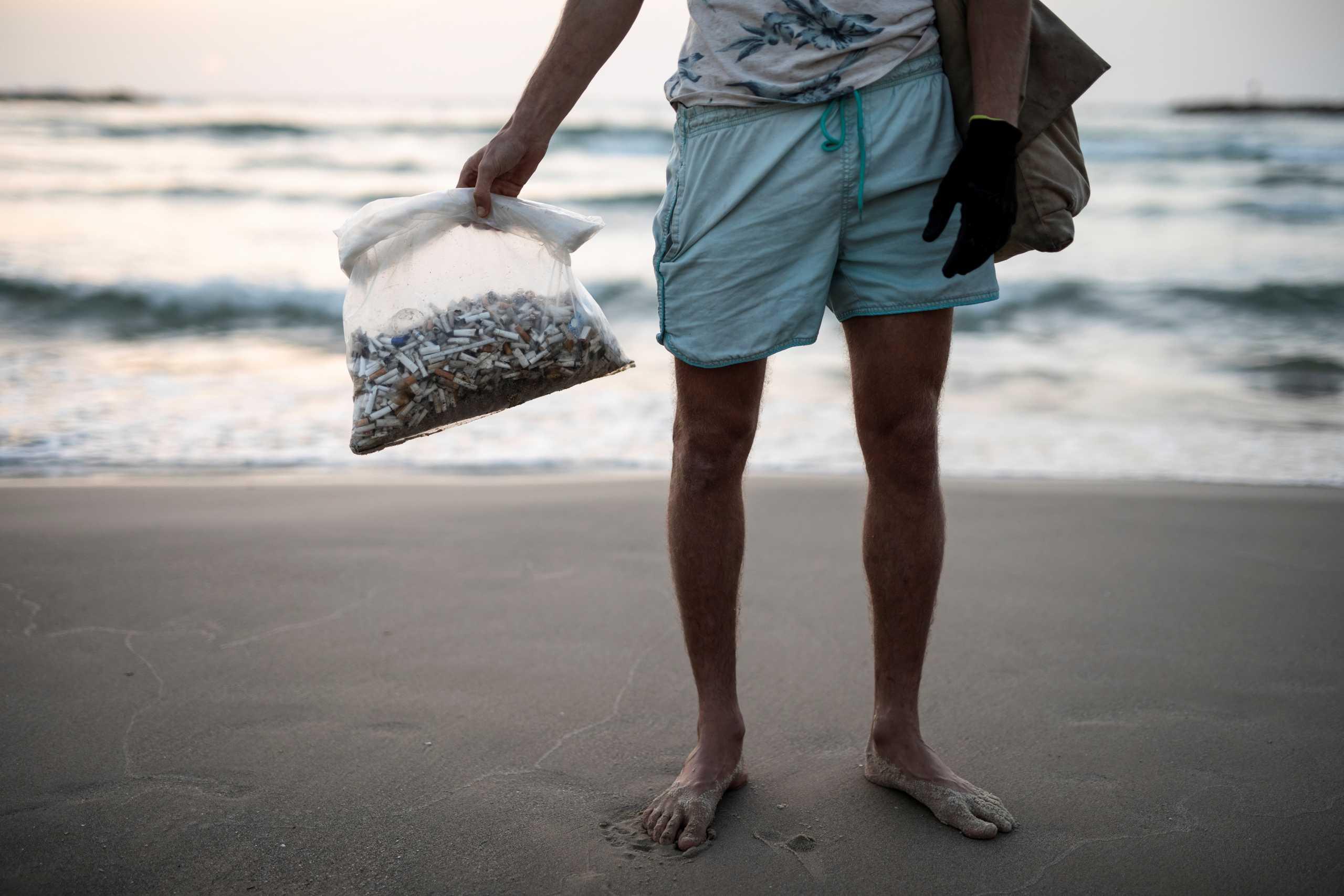 Μαζεύει αποτσίγαρα από τις παραλίες και κερδίζει χιλιάδες ευρώ το καλοκαίρι (pics)