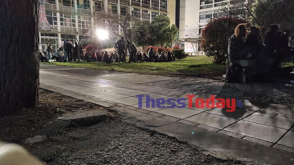 Θεσσαλονίκη – Κορονοϊός: Νύχτες με αλκοόλ και μουσική στο ΑΠΘ – Έστησαν προτζέκτορα και φώναξαν ντελιβεράδες (pics, video)