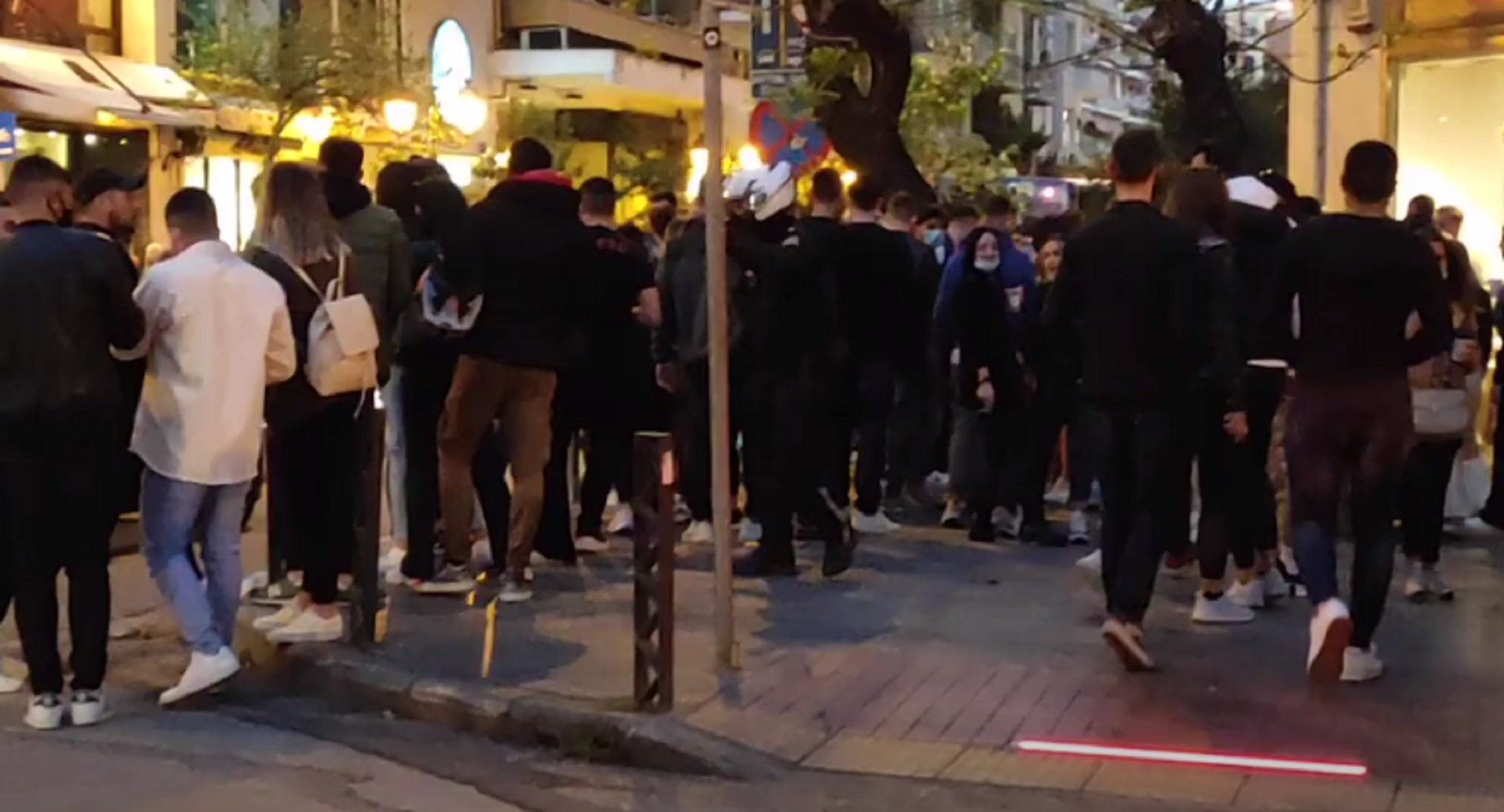 Θεσσαλονίκη: Η στιγμή που αστυνομικός ζητάει από νεαρούς να τηρούν τις αποστάσεις – Η αντίδραση στην κάμερα (video)