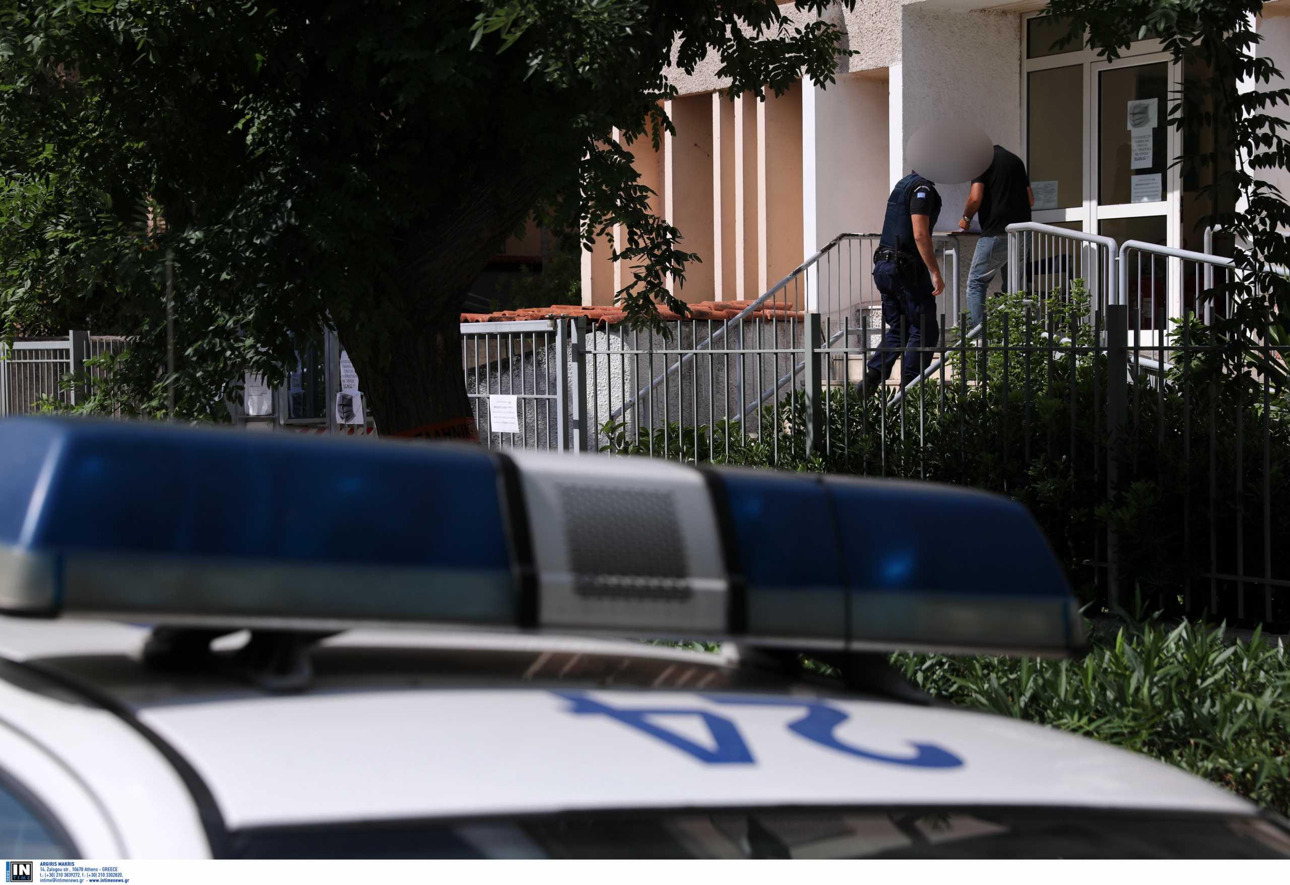 Ψυχικό: Το «κομπόδεμα» του αστυνομικού και τα κατασχεμένα όπλα