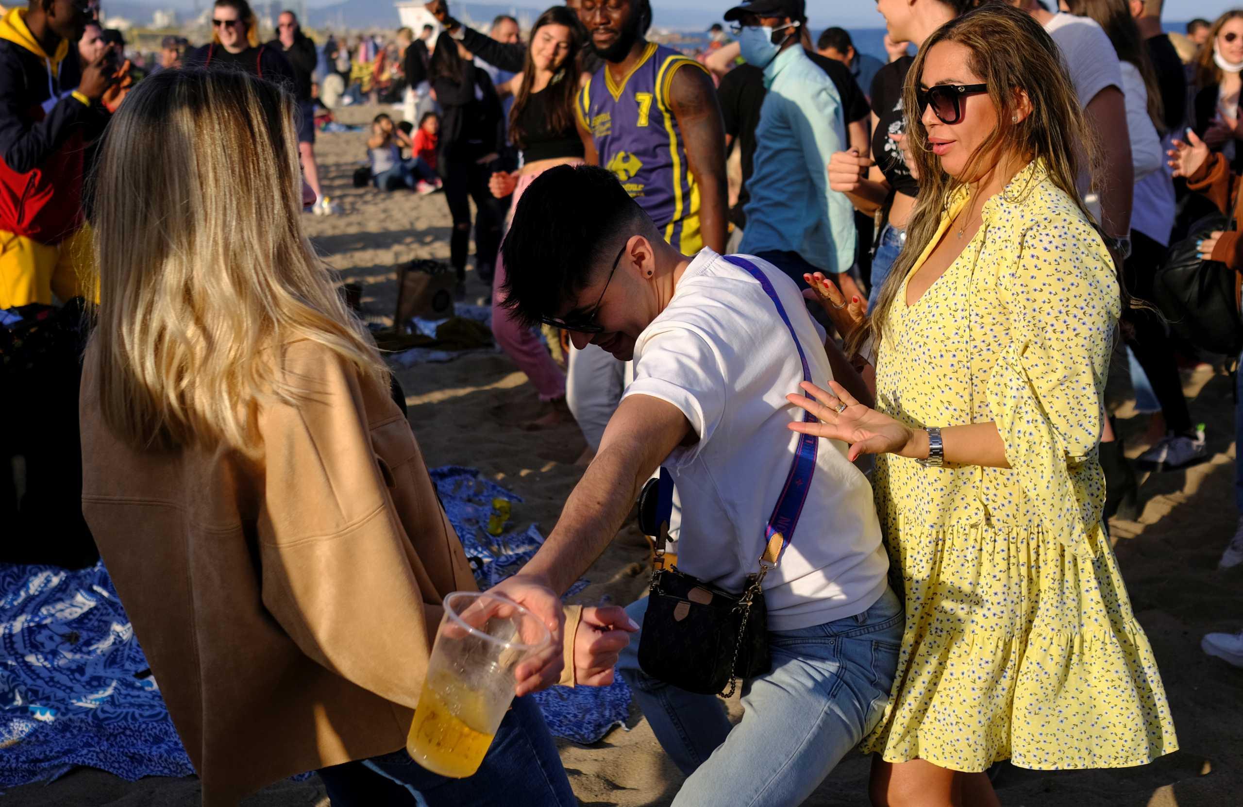 «Χάθηκε» από τον κόσμο η παραλία της Βαρκελώνης: Πάρτι χωρίς μάσκες και αποστάσεις