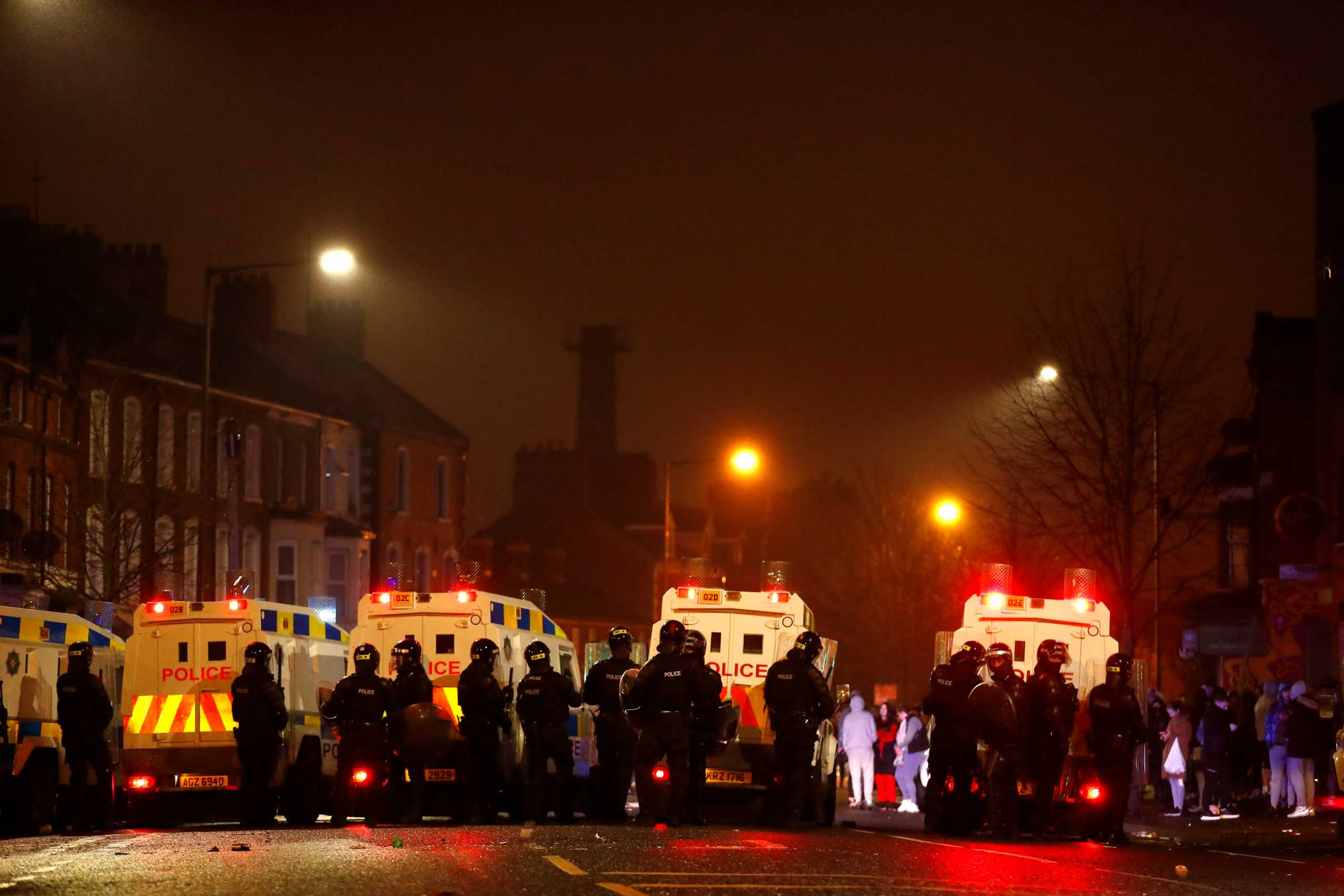 Μπέλφαστ: Άλλο ένα βράδυ επεισοδίων Συγκρούσεις διαδηλωτών με την αστυνομία (pics)