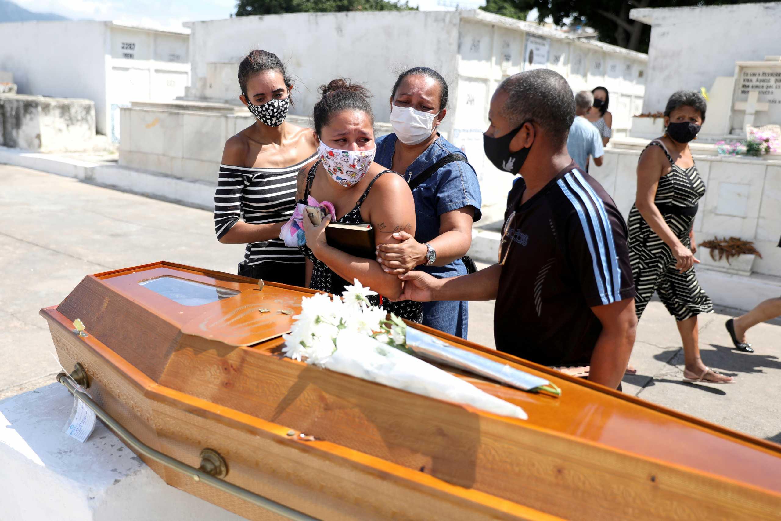 Κορονοϊός: Νέο μαύρο ρεκόρ στη Βραζιλία – 4.000 νεκροί σε μια μέρα, μεταφέρουν πτώματα με λεωφορεία