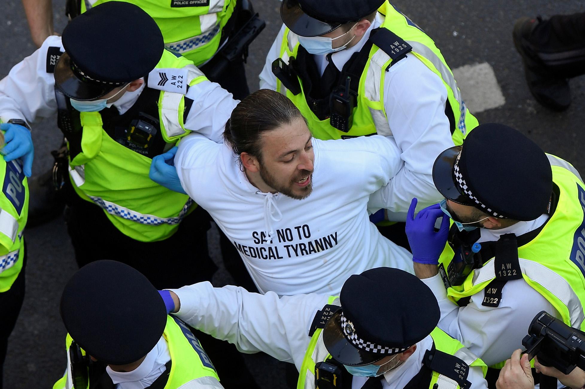 Βρετανία: Ένταση και επεισόδια από διαδήλωση αρνητών του κορονοϊού