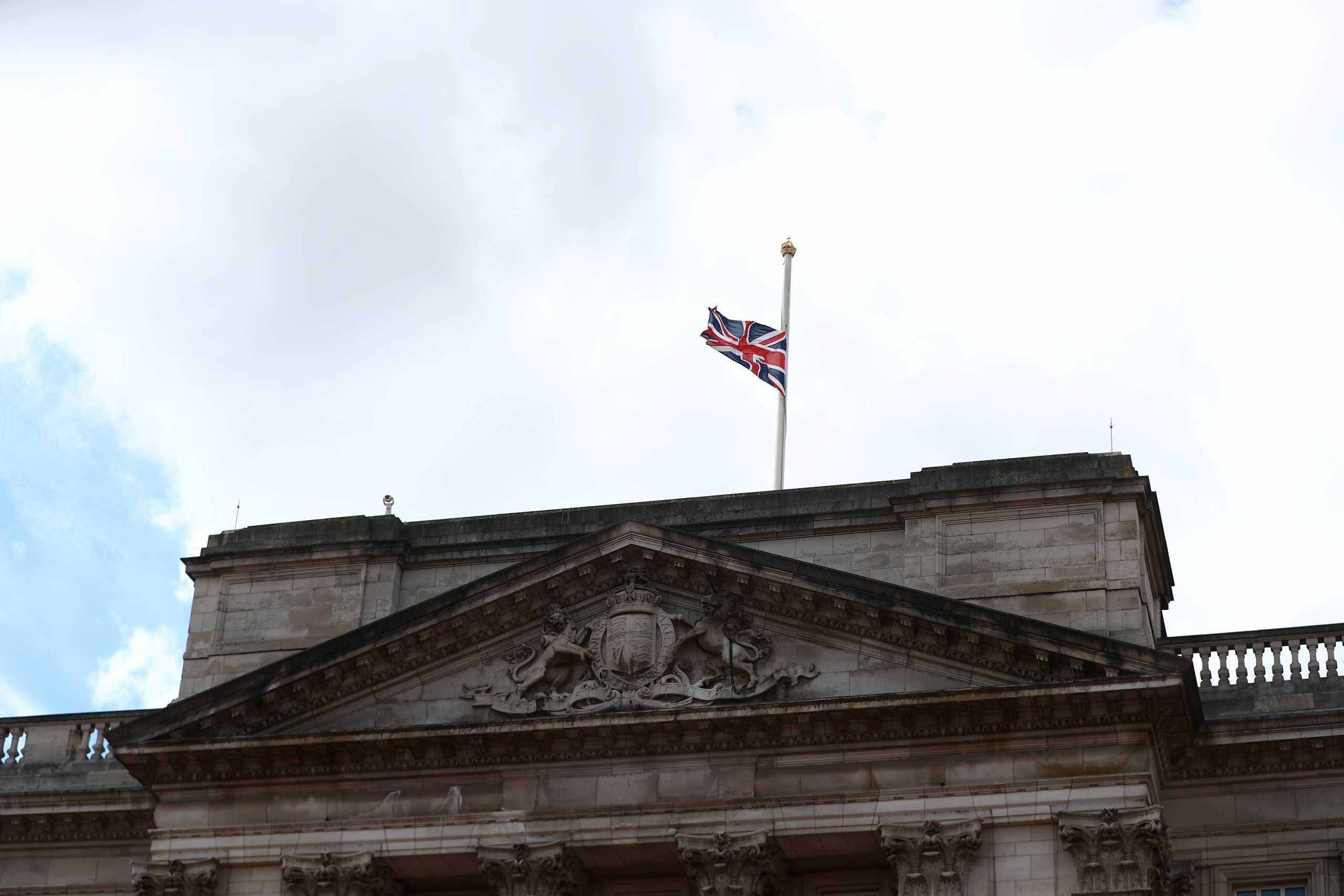 Πρίγκιπας Φίλιππος: Μεσίστια η σημαία στο Μπάκινγχαμ – Που θα γίνει η κηδεία