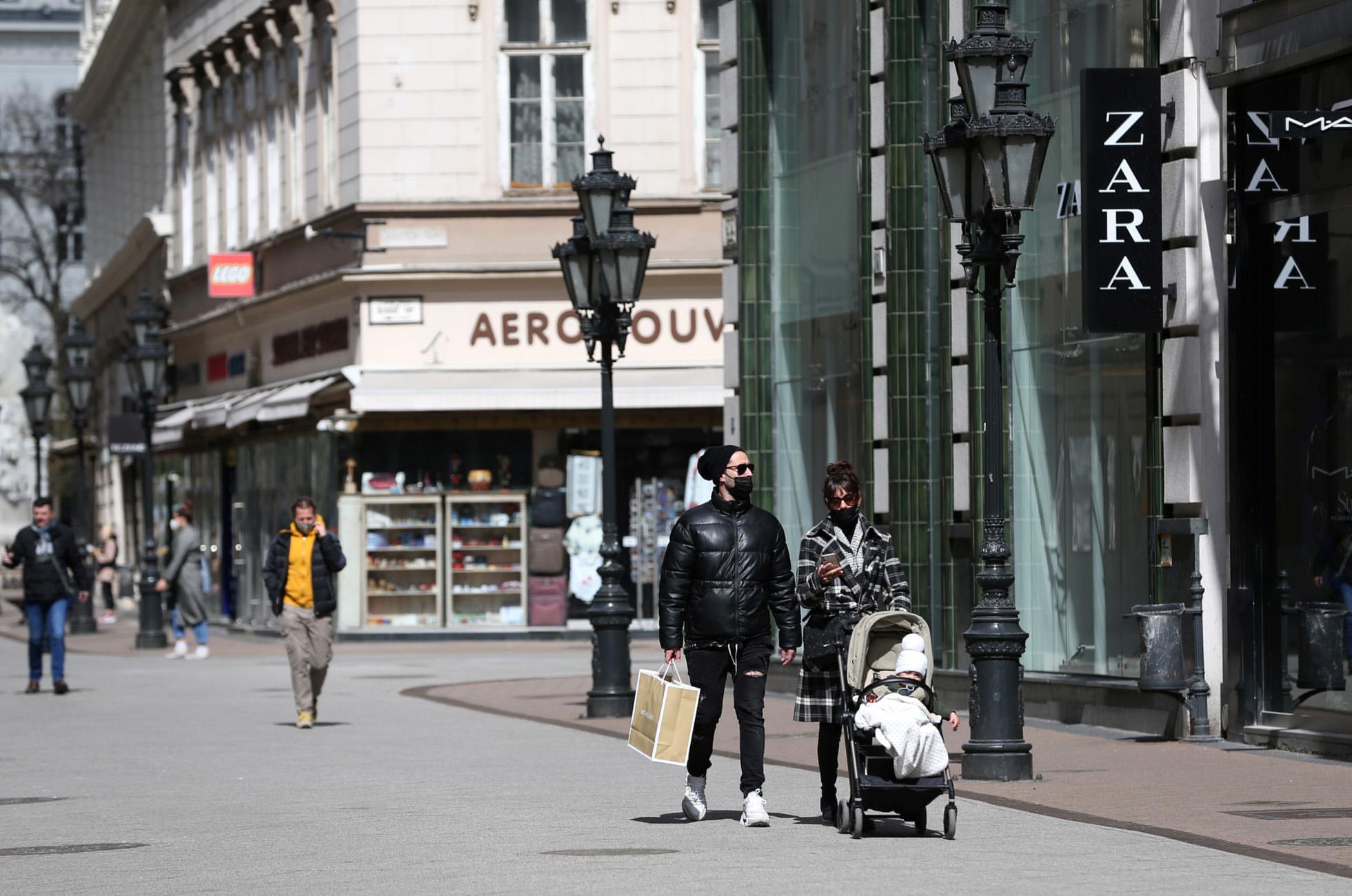 Ουγγαρία: Ανοίγουν πάλι οι υπαίθριοι χώροι των καφέ και των εστιατορίων
