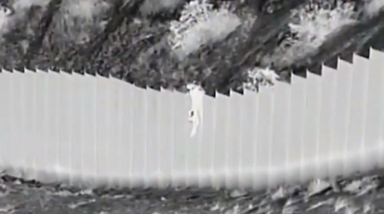 Η στιγμή που ο διακινητής πετά από τοίχο δύο μικρά κοριτσάκια (video)