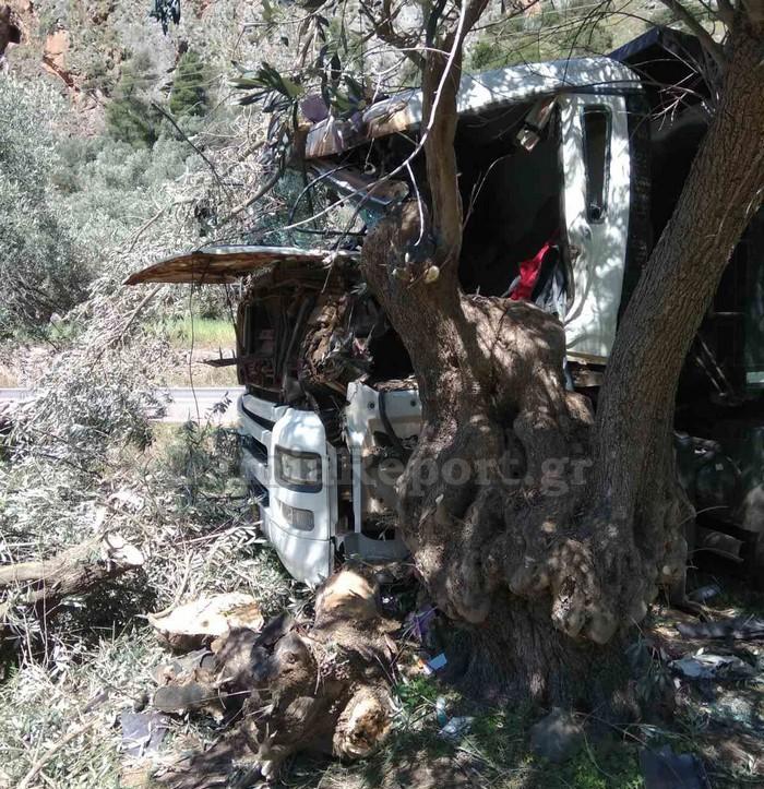 Τραγωδία με 31χρονο οδηγό: «Καρφώθηκε» με το φορτηγό του σε δέντρο