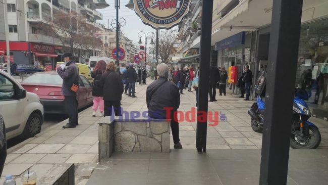 Θεσσαλονίκη: Ατελείωτες ουρές στα ΕΛΤΑ – Δεν παίρνουν ανάσα οι 4 υπάλληλοι (pics)