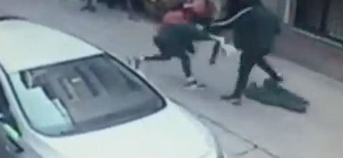 Επίθεση-σοκ στη μέση του δρόμου: Μαχαίρωσε τη γυναίκα του επειδή τον εγκατέλειψε (vid)